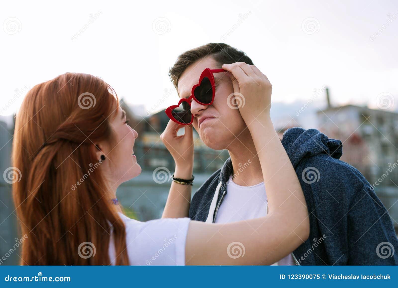 Blije jonge mens die zonnebril Romantische datum dragen