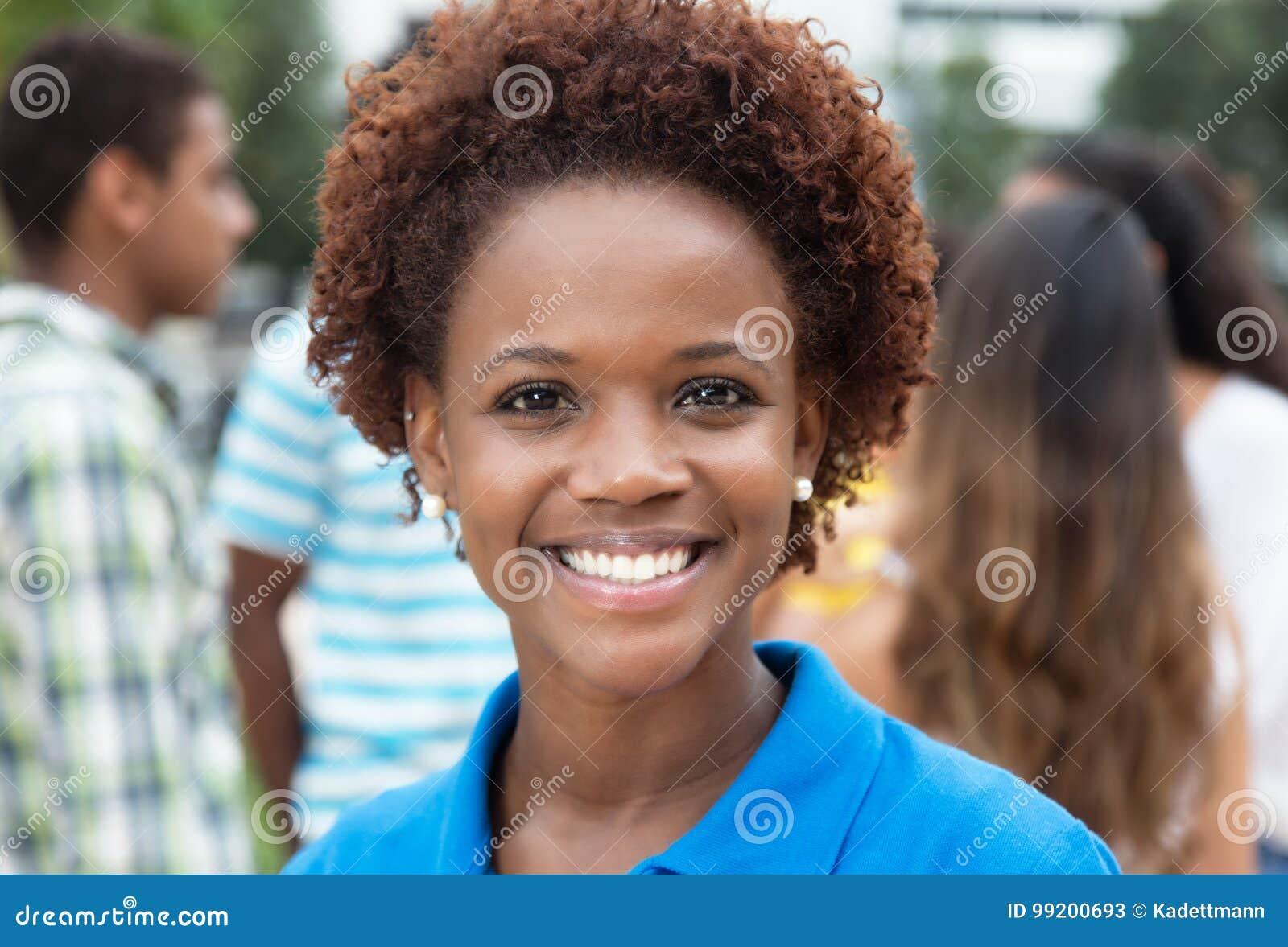 Blije lachende Afrikaanse Amerikaanse vrouw met groep vrienden