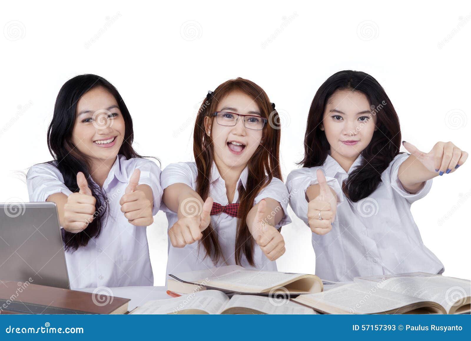 Blije studenten die handengebaar tonen