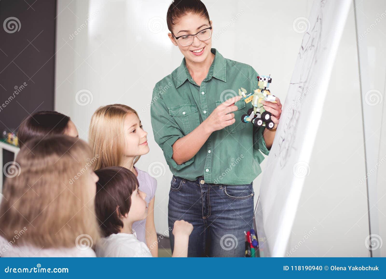 Blije vrouwelijke het leiden studie over technologisch stuk speelgoed