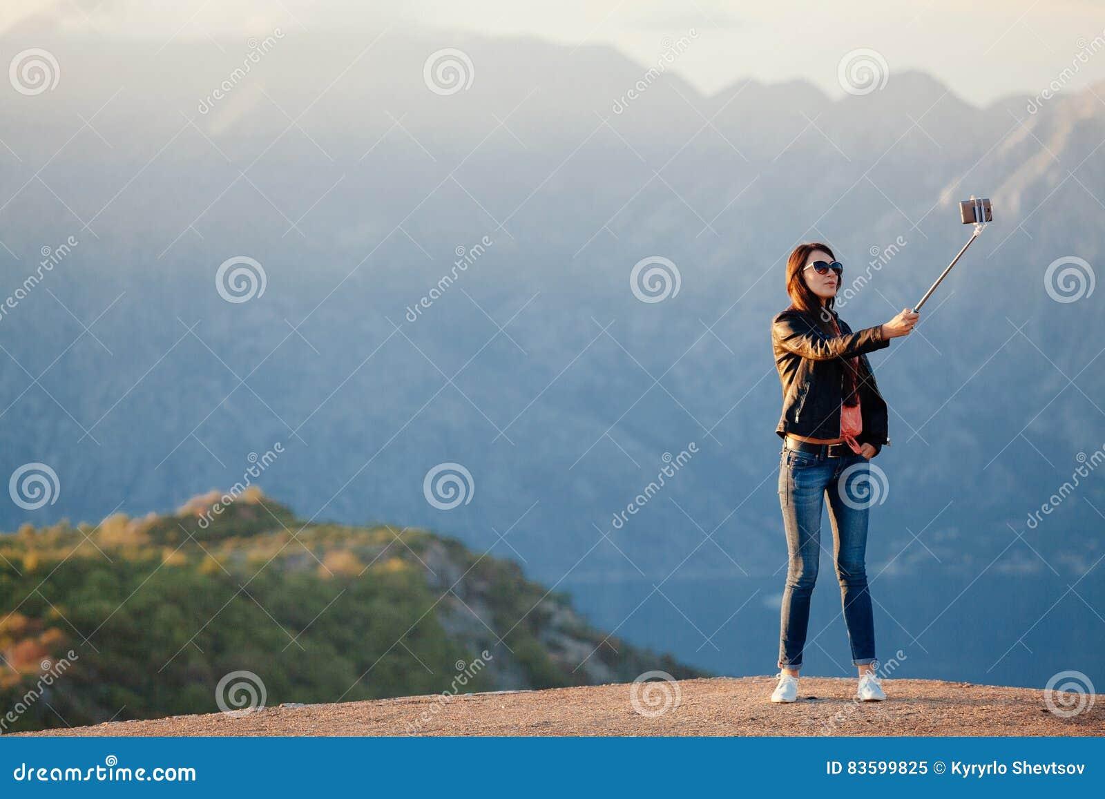 Blije vrouwenreis en foto selfie