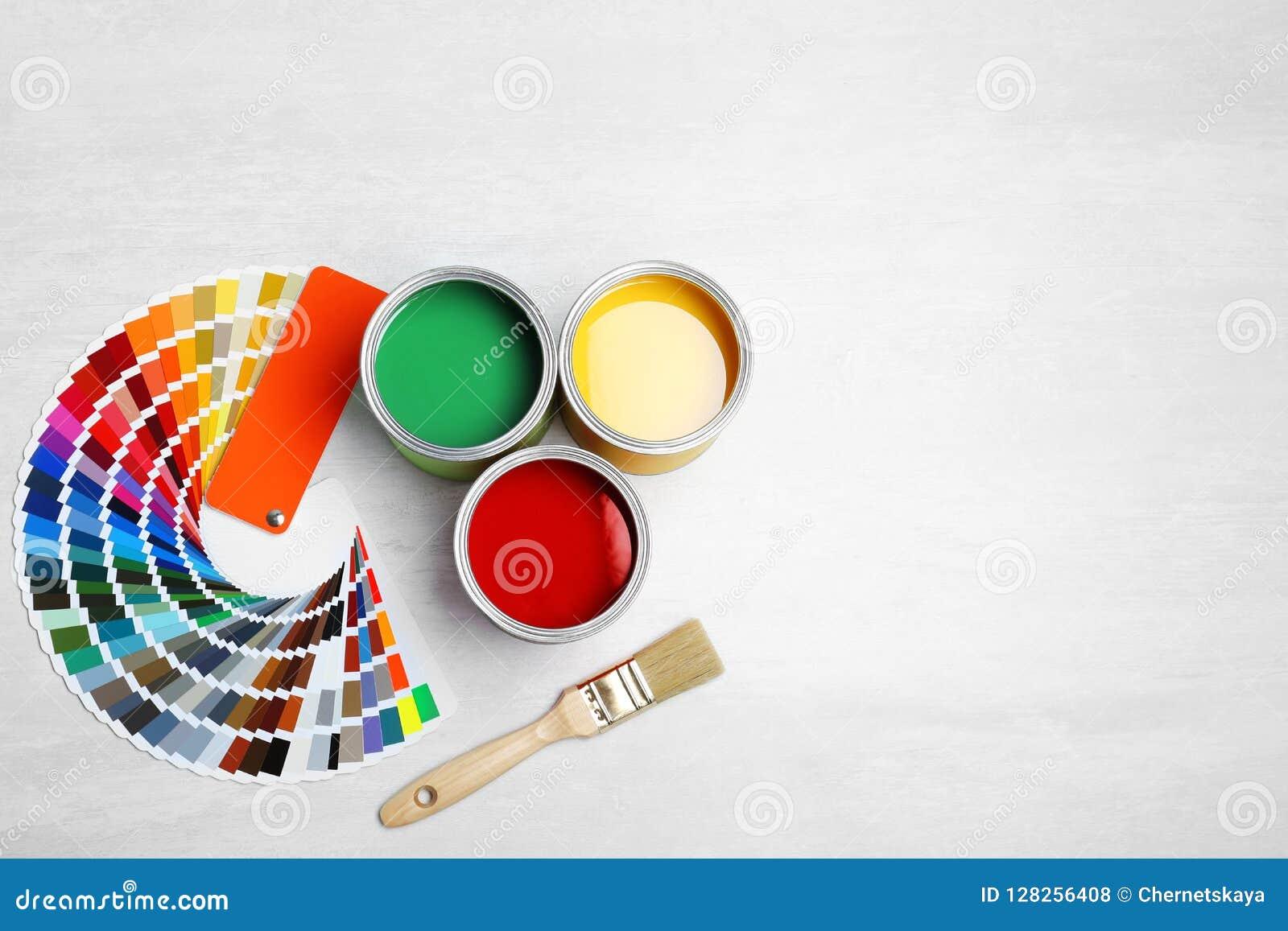 Blikken met verf, borstel en kleurenpalet
