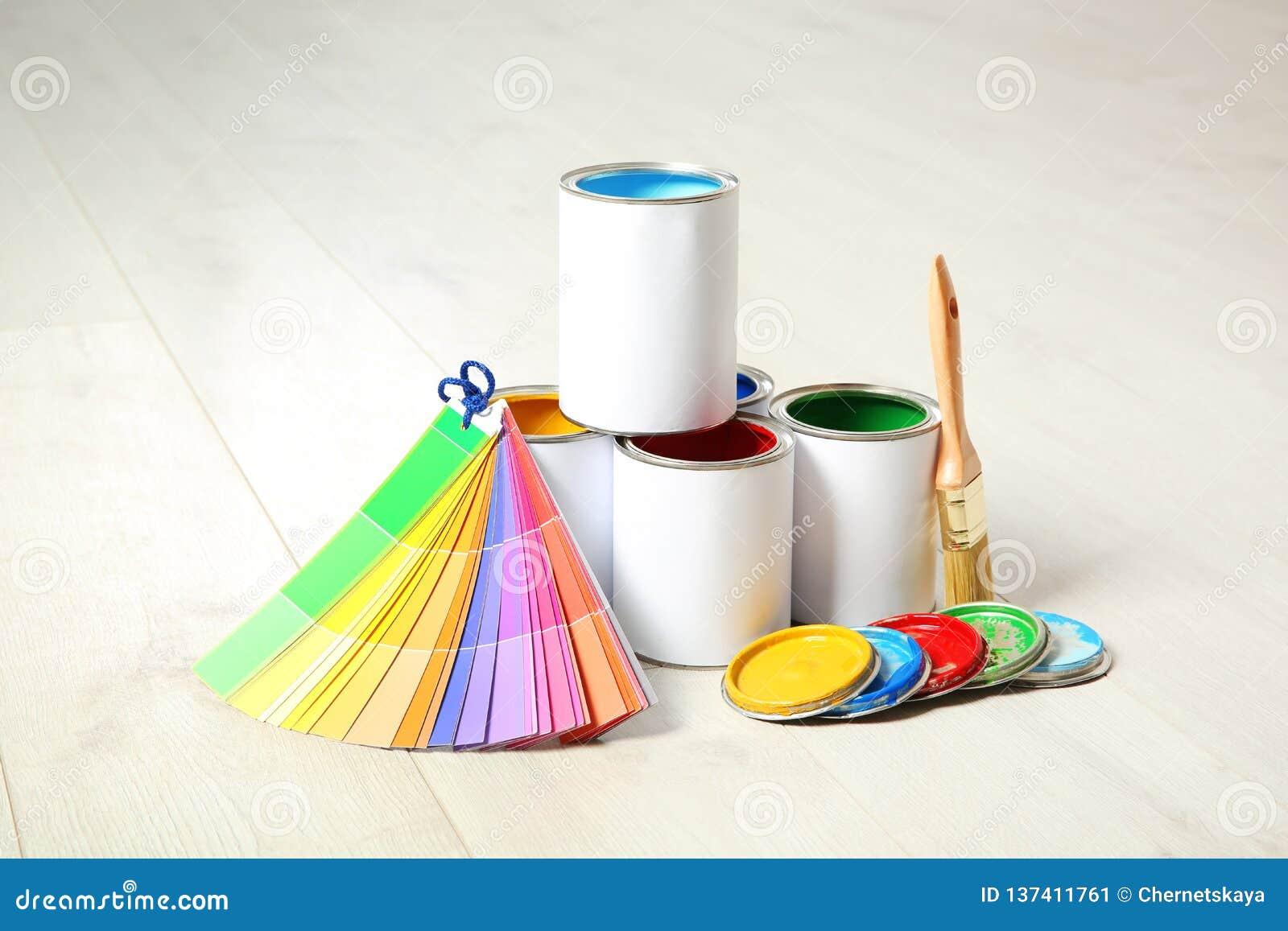 Blikken van verf, borstel en kleurenpalet
