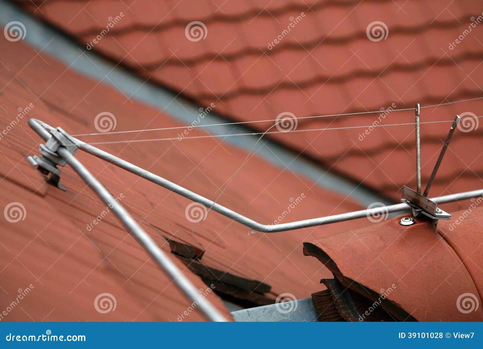 Bliksemafleider op een betegeld dak