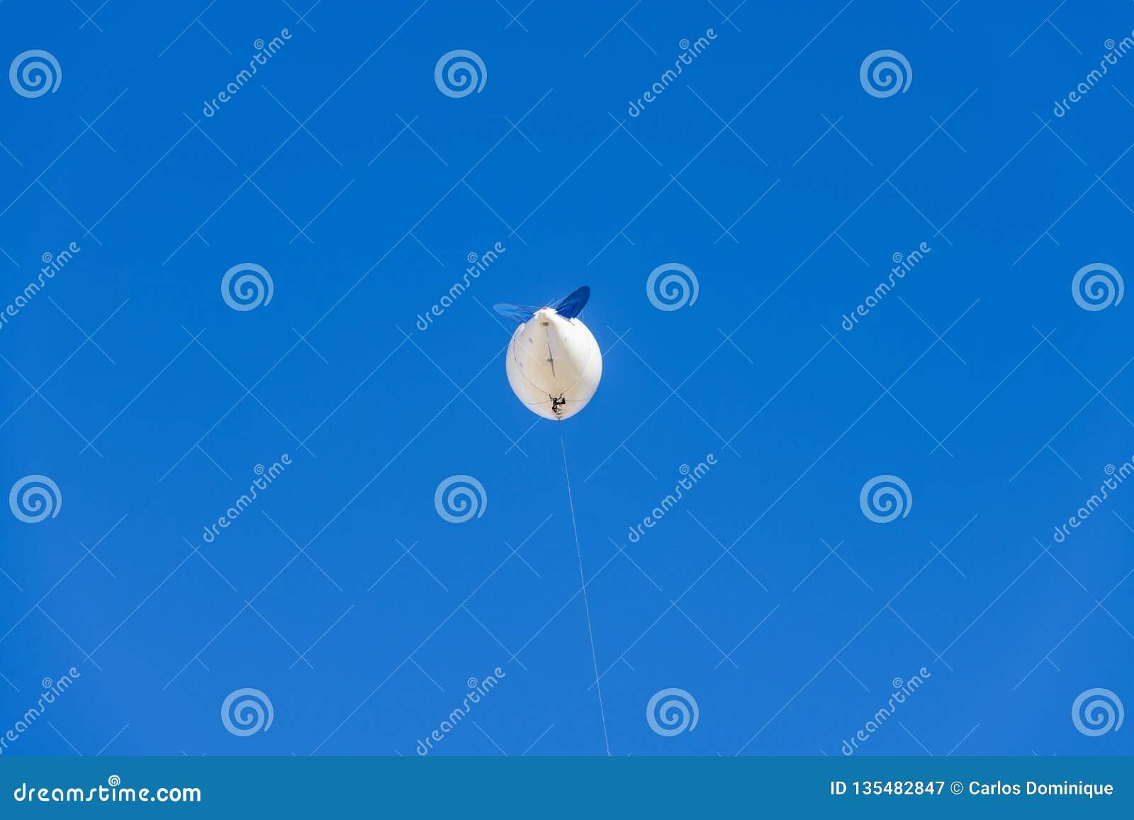 Blimp voor luchtfotografie het vliegen