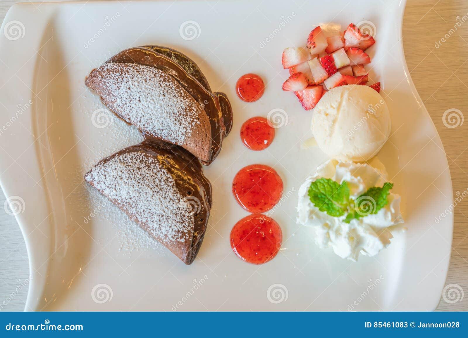 Blin i owoc z lody na stole