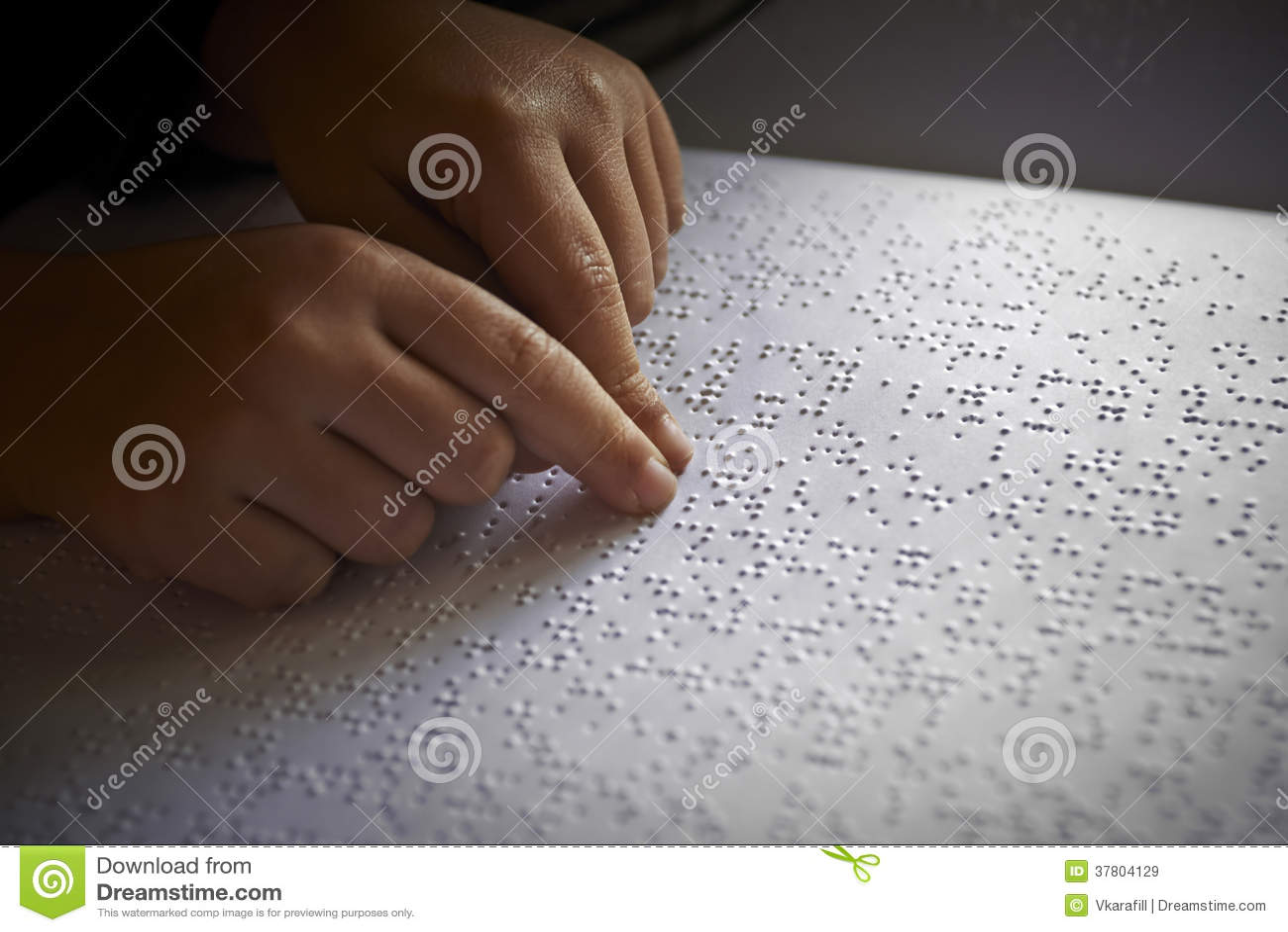 Blinda barn läste text i blindskrift