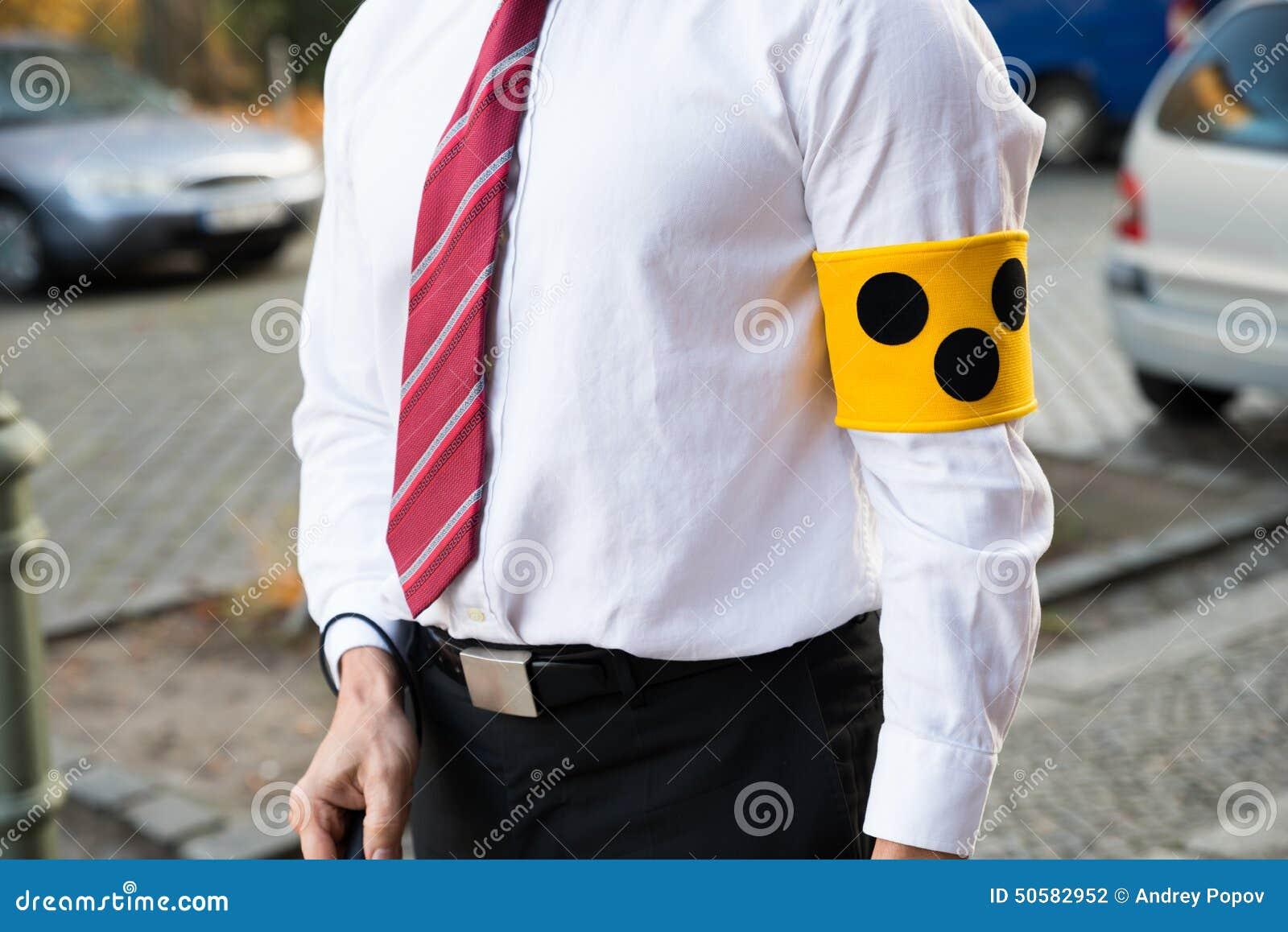 Blinde persoon die armband dragen