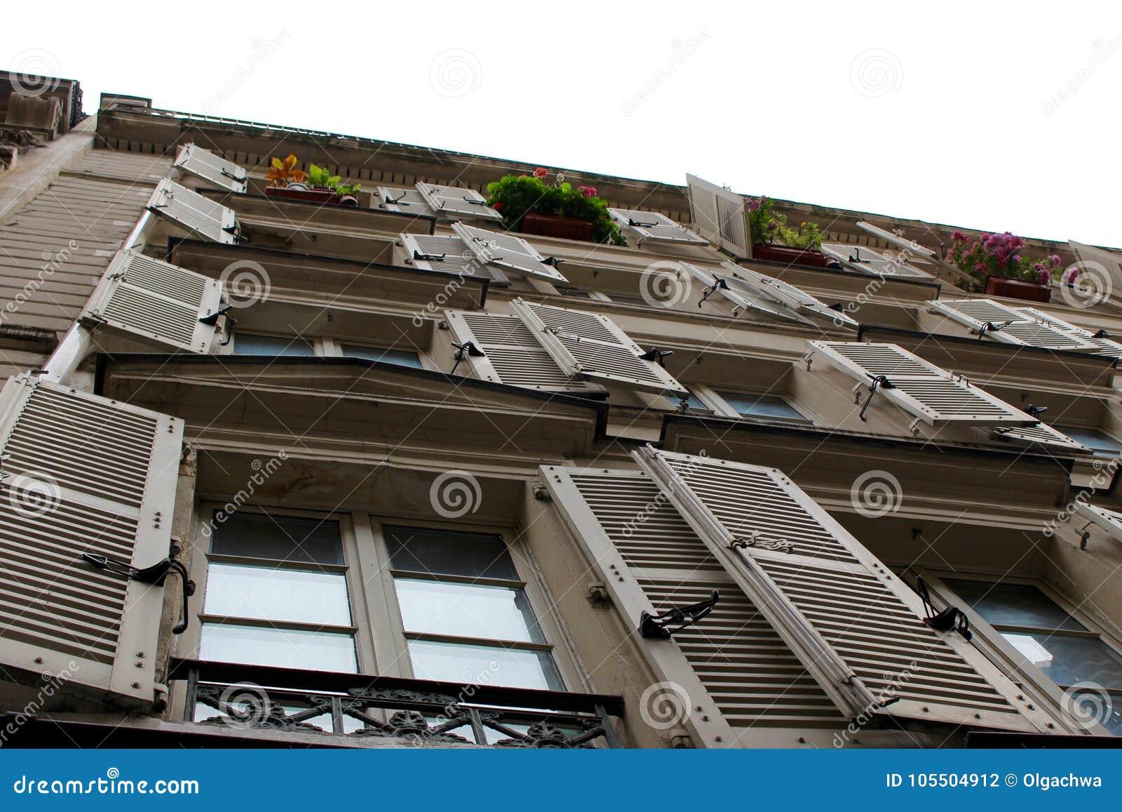 Blinden op Parijse Flatgebouw met koopflats