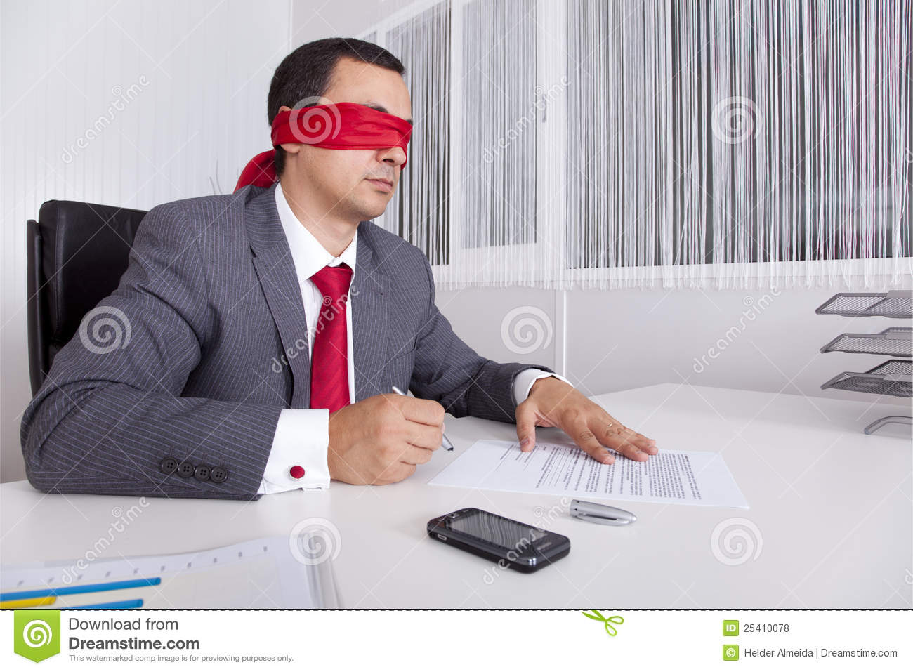 Blindfold επιχειρηματίας η εργασία lap-top του