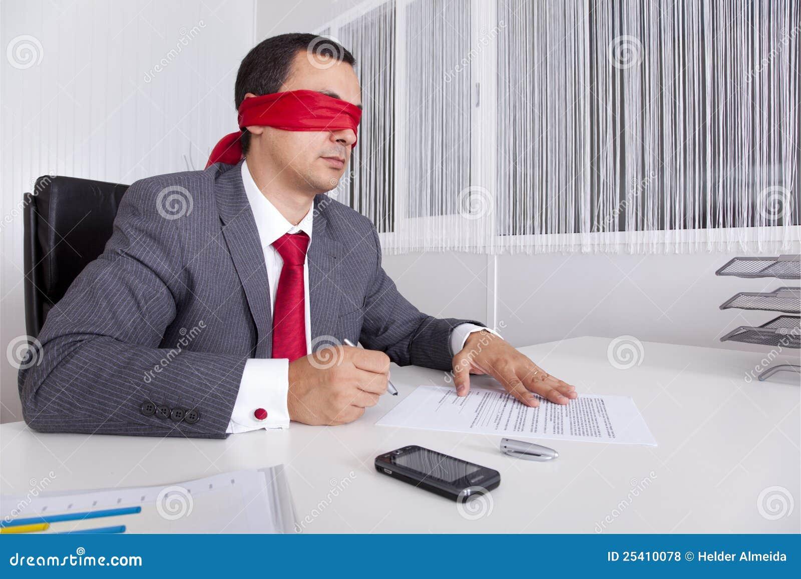 Blindfold biznesmena laptopu jego działanie