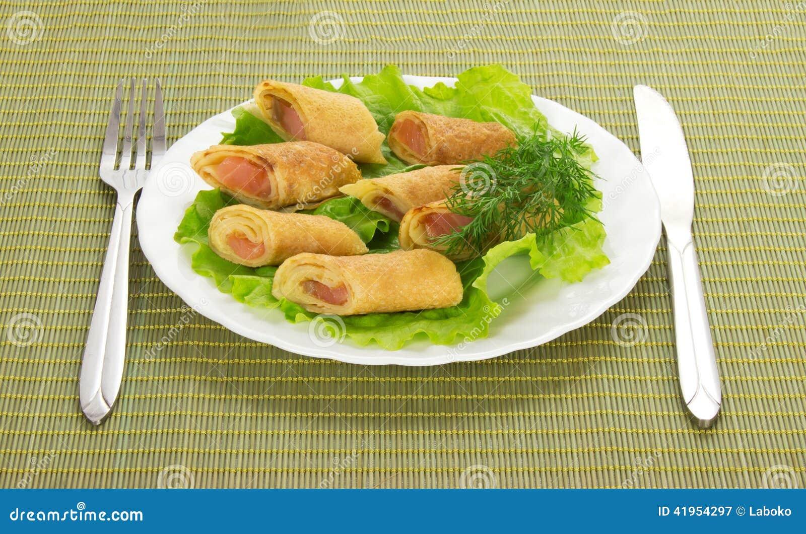Bliny z łososiem i sałatką, cutlery