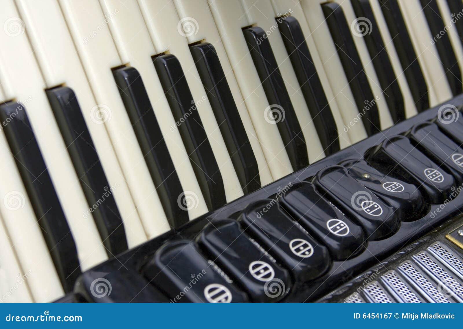 Blisko akordeonu.