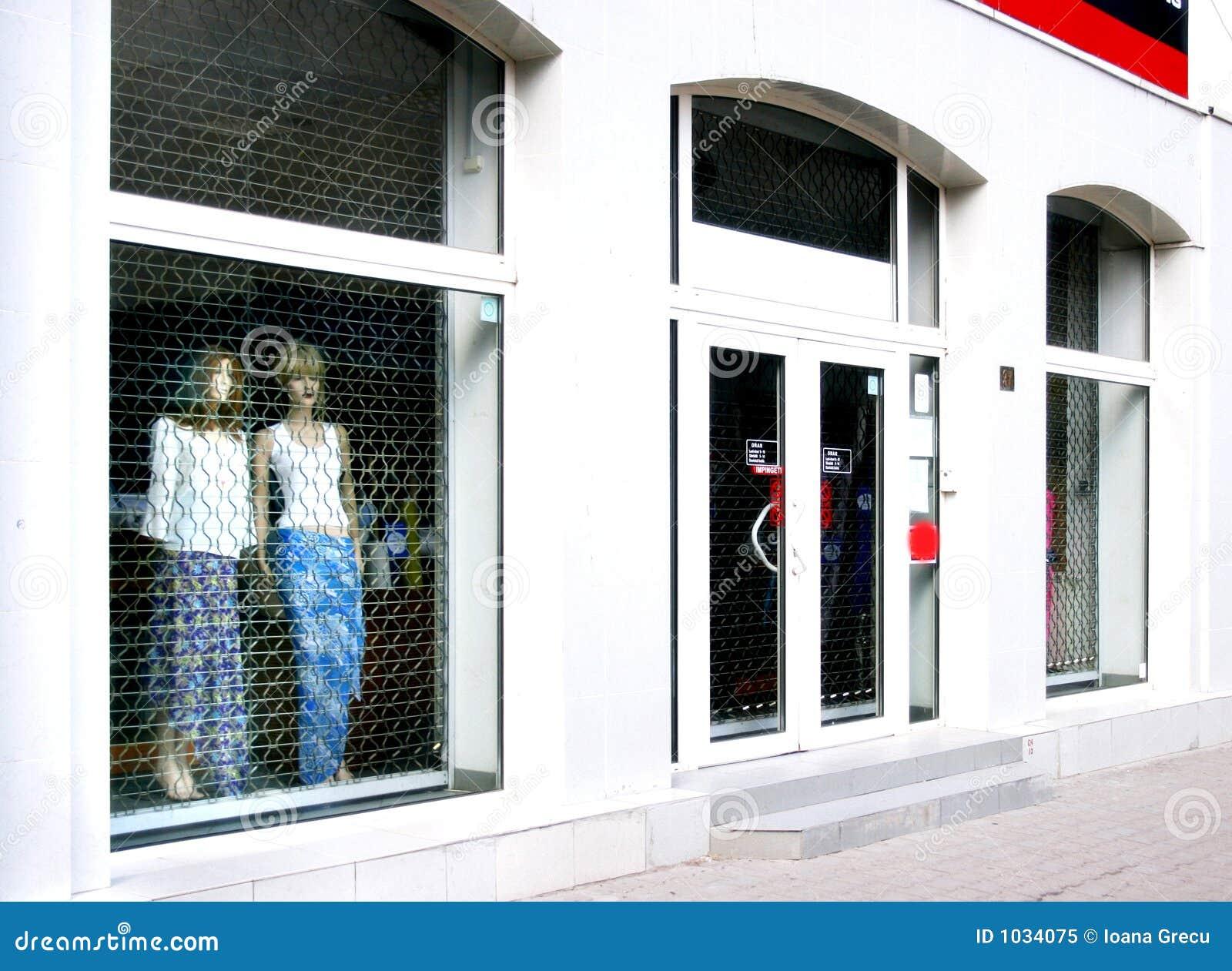 Blisko okna sklepu