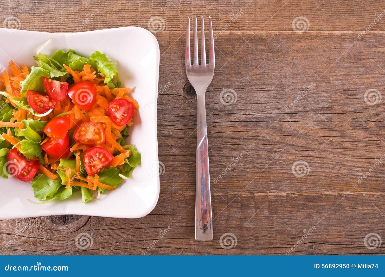 Blisko sałatka wystrzelona w górę warzywa