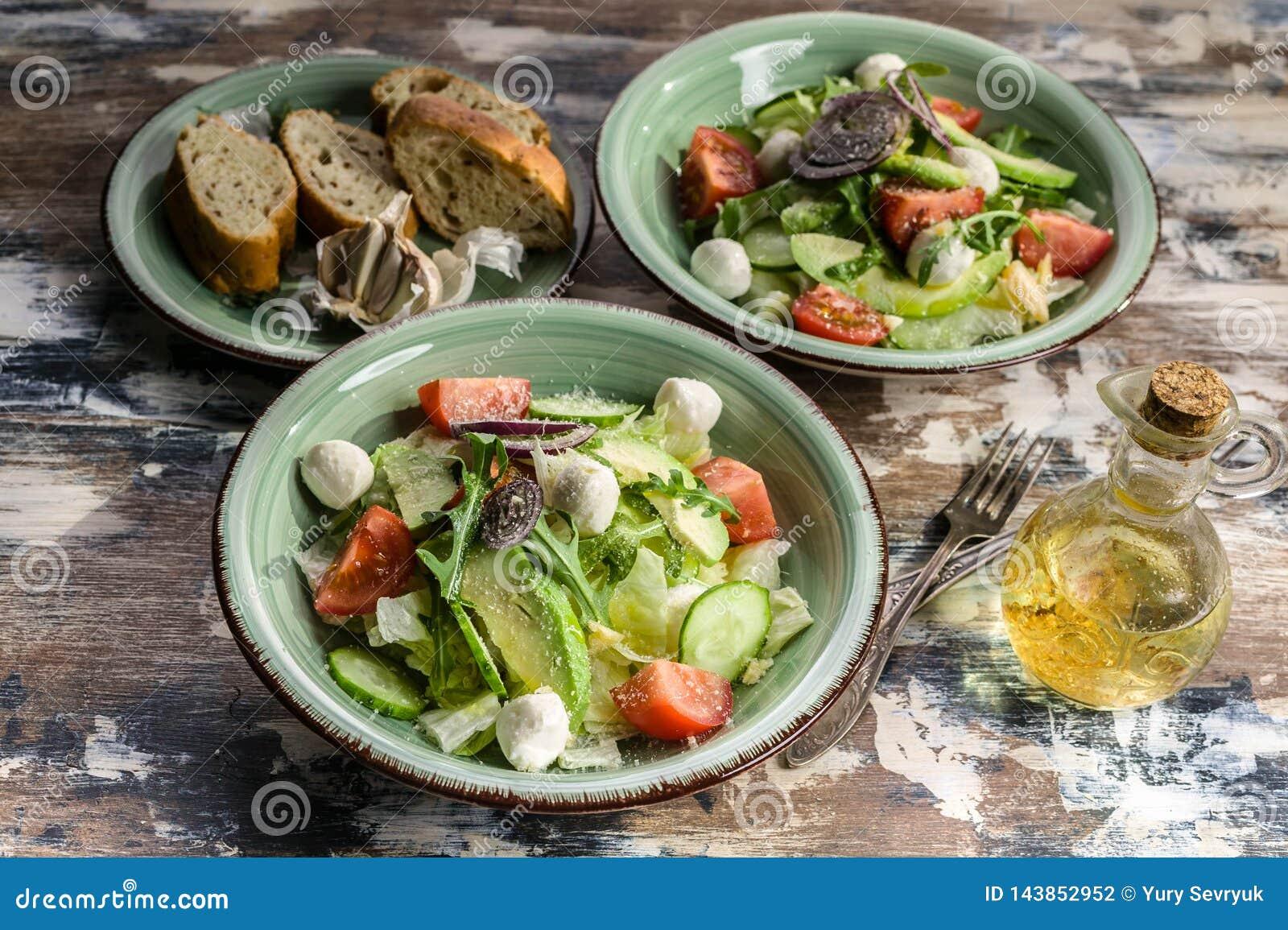 Blisko sa?atka wystrzelona w g?r? warzywa Wyśmienicie sałatka z avocado, czereśniowych pomidorów, arugula i mozzarelli serem, Sma