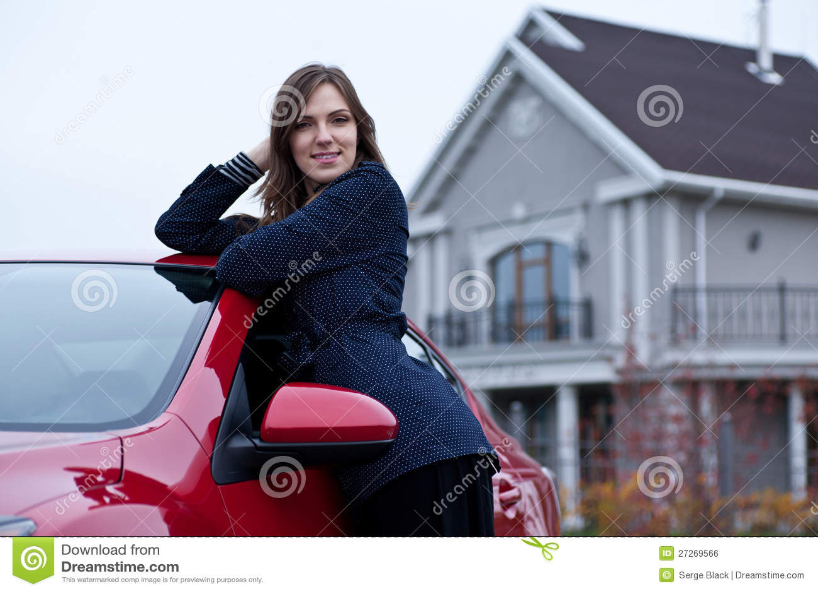 Blisko samochodu piękna dziewczyna