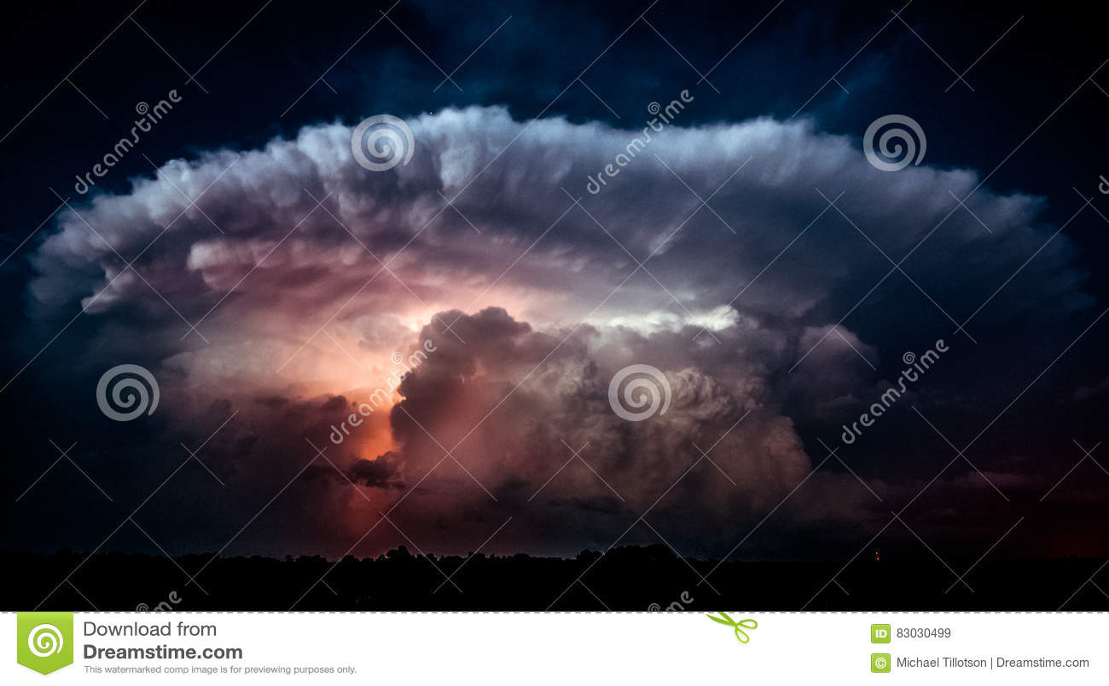 Blitz in einer Sturm-Wolke