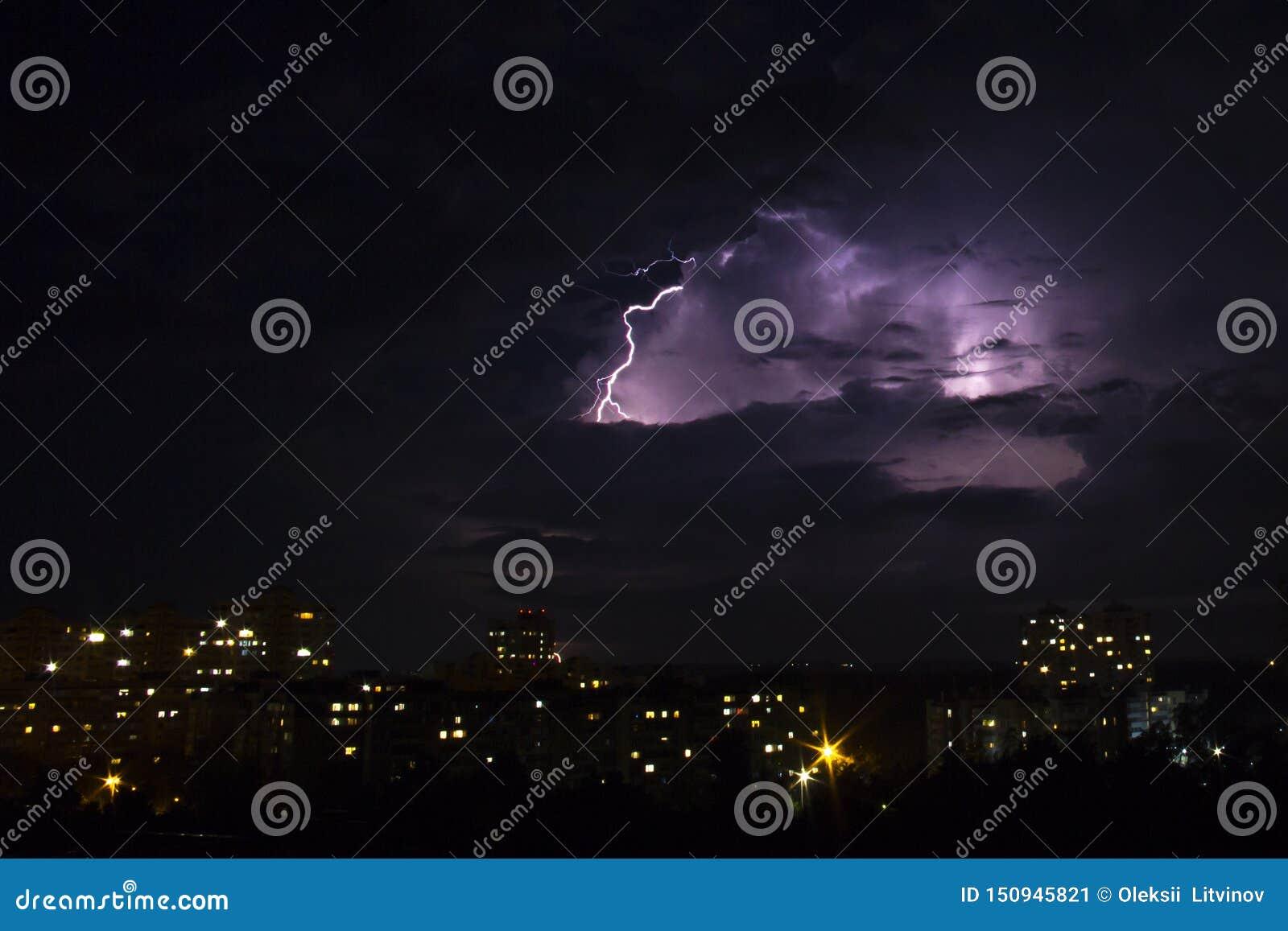 Blixtslag över stad i natt thunderstorm