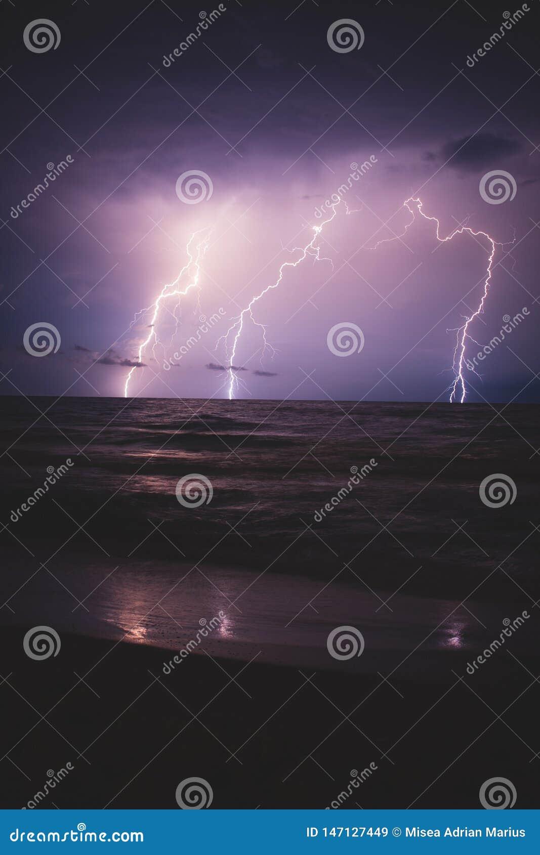 Blixtstorm över havet som att närma sig till kusten