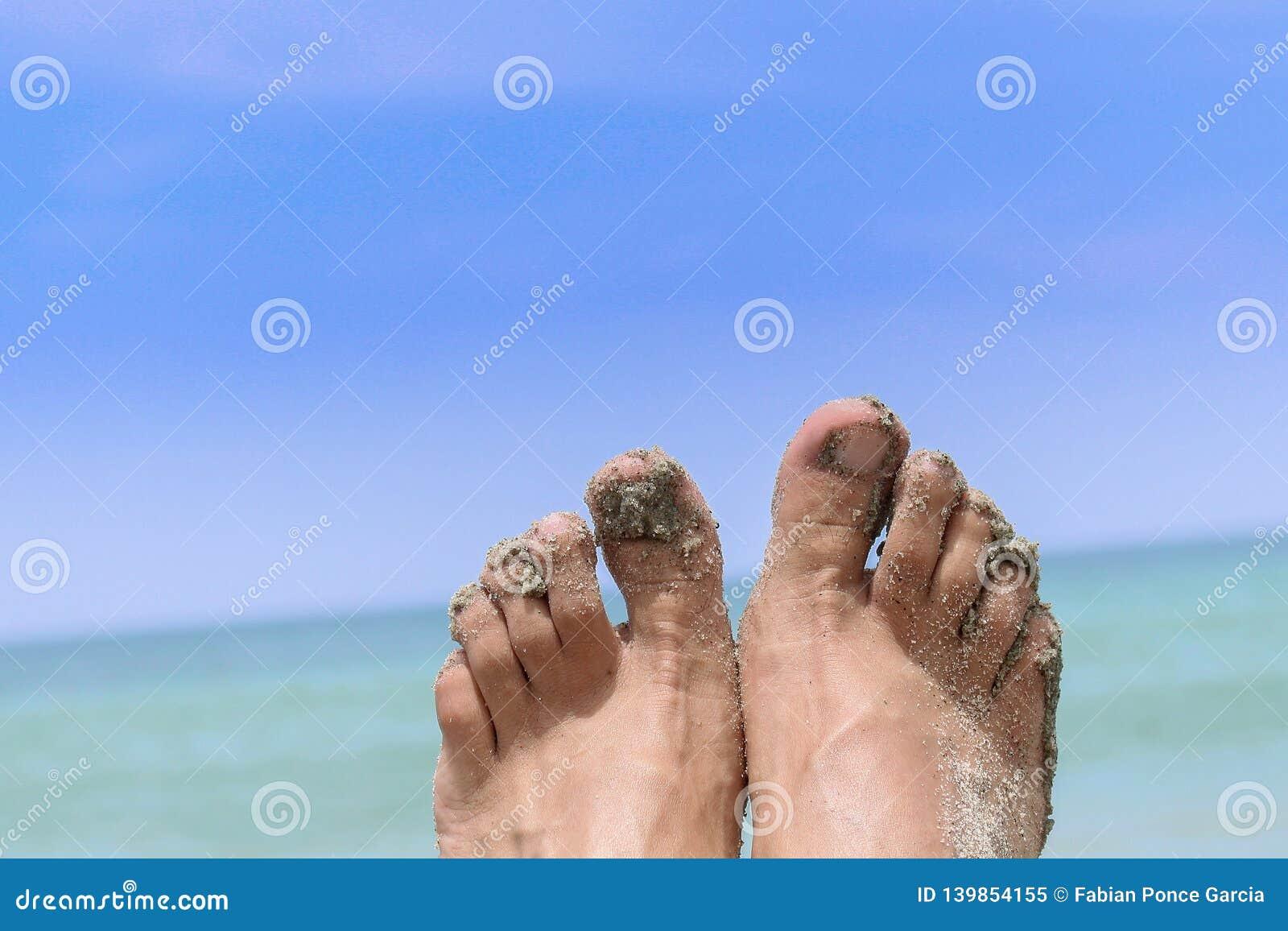 Bloße Füße vor dem Meer