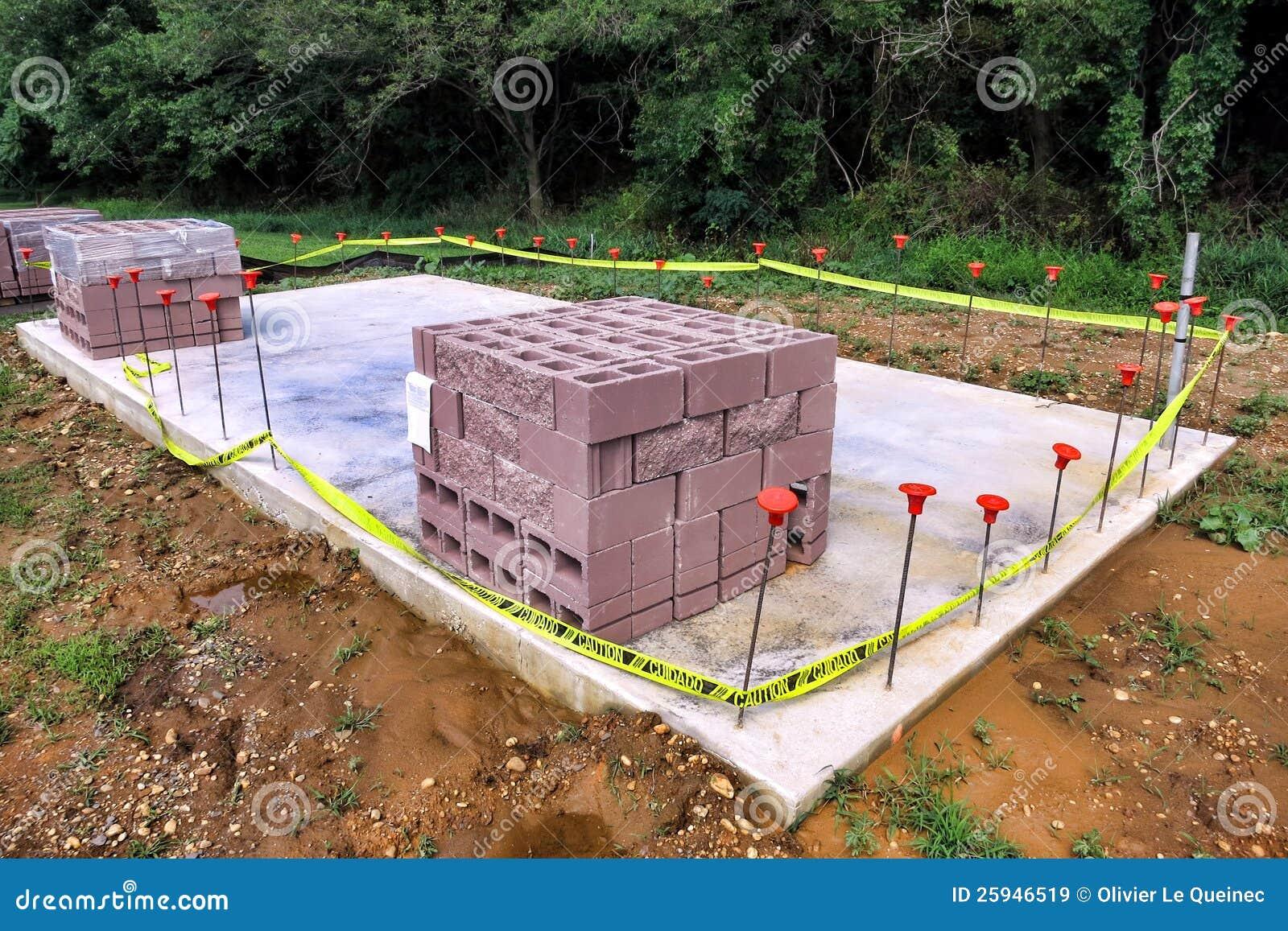 Bloc de cendre sur la dalle en de béton au chantier de construction