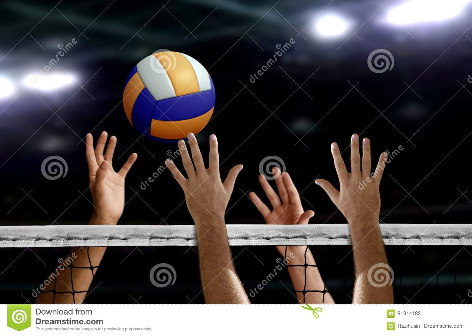Bloc de main de transitoire de volleyball au-dessus du filet