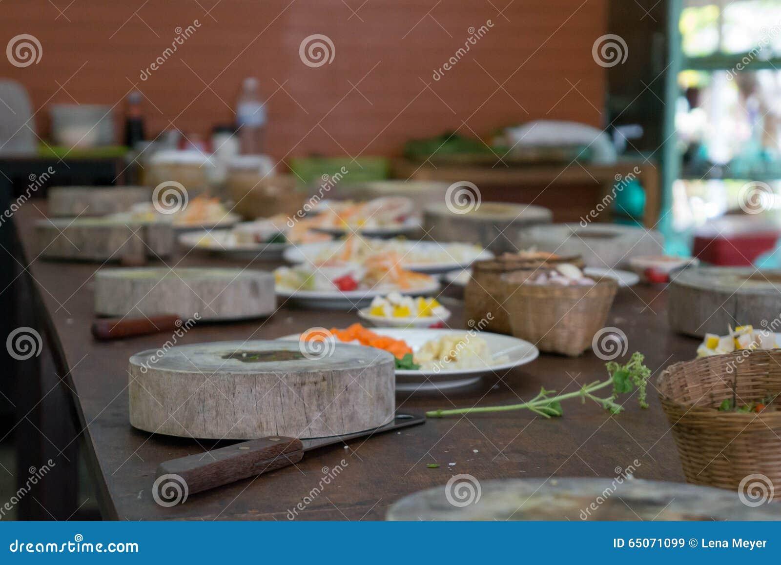 Bloc en bois de coupe et ingrédients sains pour un repas asiatique