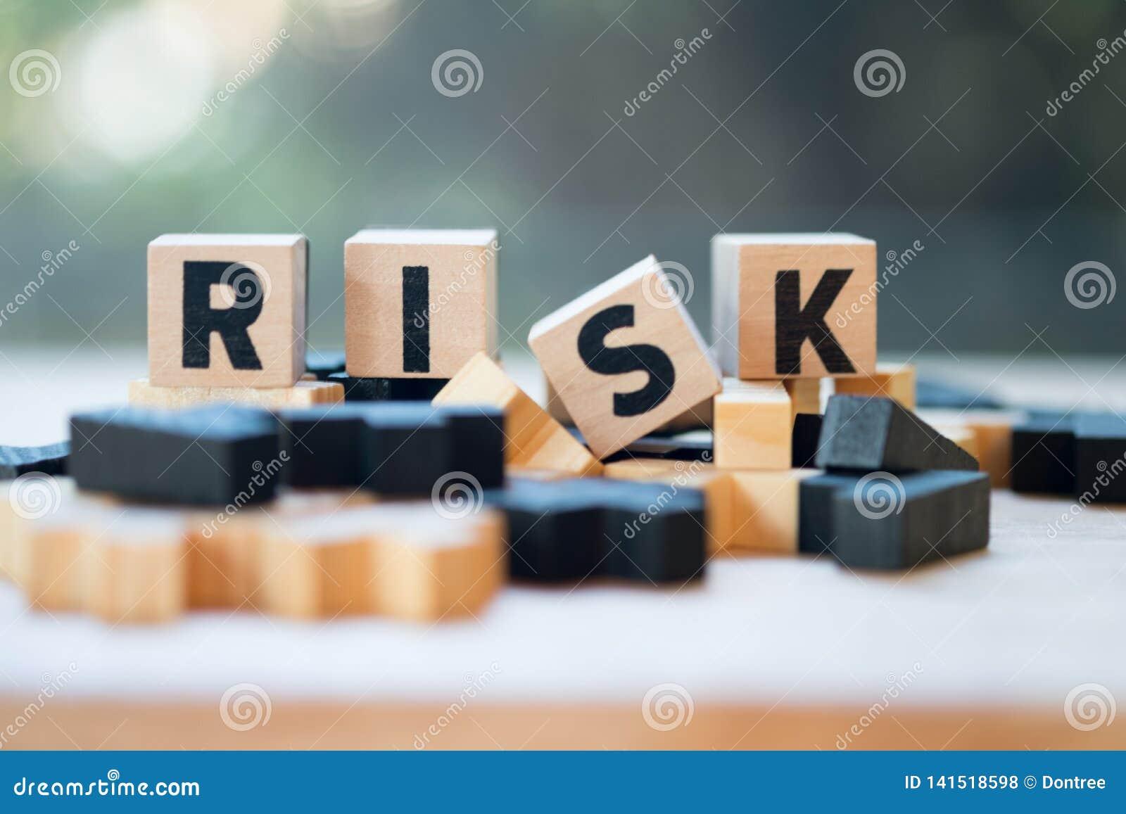 Bloc en bois de cube avec l alphabet établissant le mot RISQUE Évaluation des risques