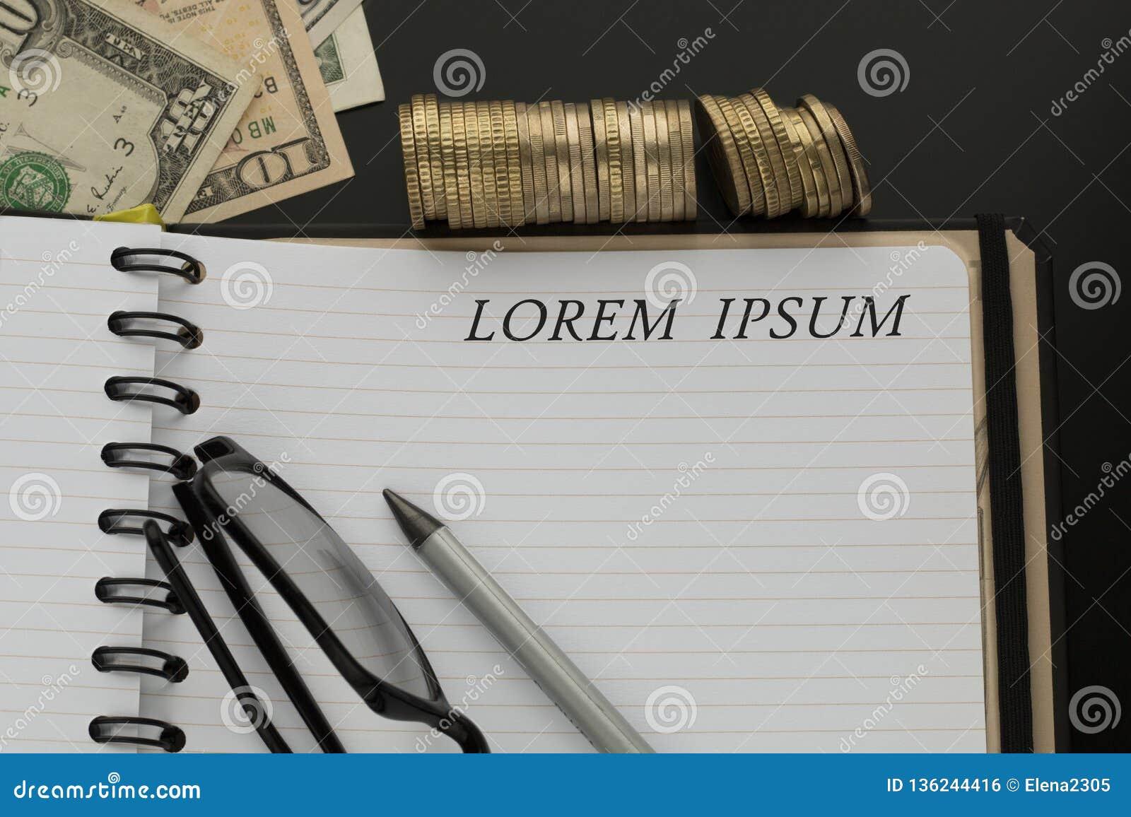 Bloc-notes avec des mots de lorem ipsum, crayon, verres