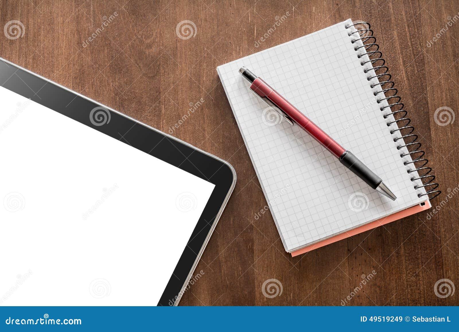 Bloc-notes Avec Le Crayon Et La Tablette Sur Un Tableau De ...