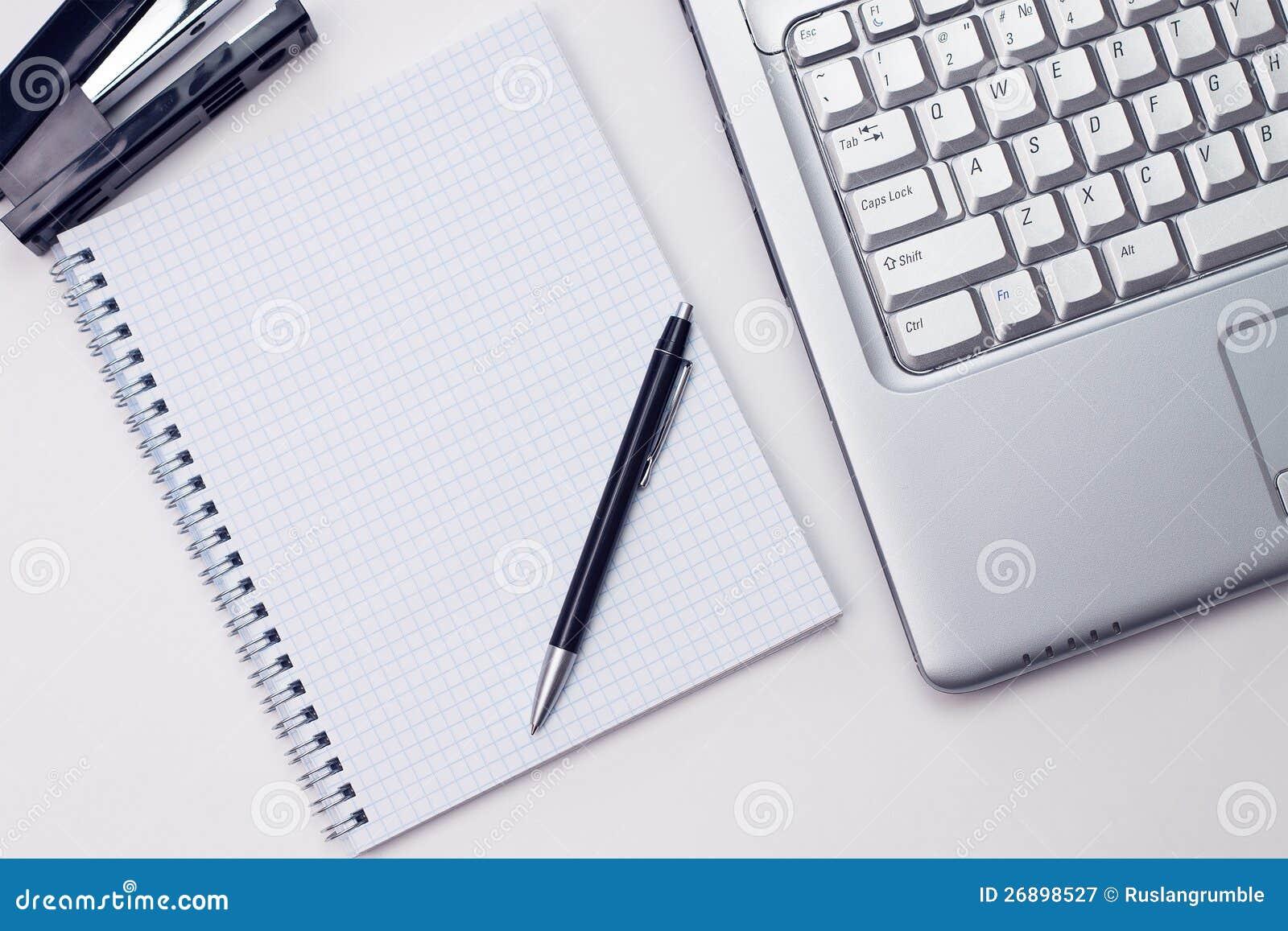 Bloc Notes Et Ordinateur Portatif Dans Le Bureau Image Stock Image