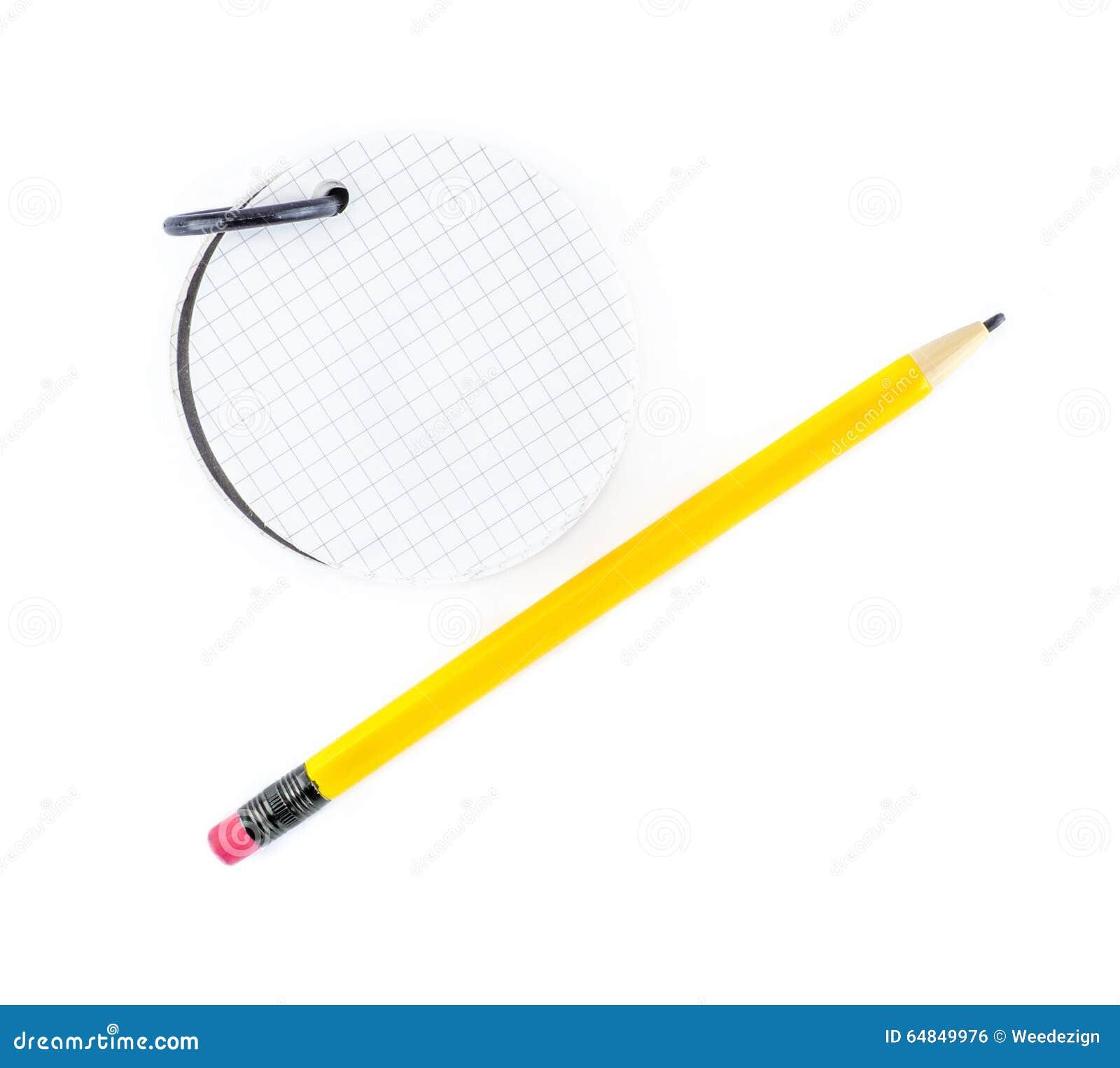 Bloc-notes rond et crayon jaune sur le fond blanc