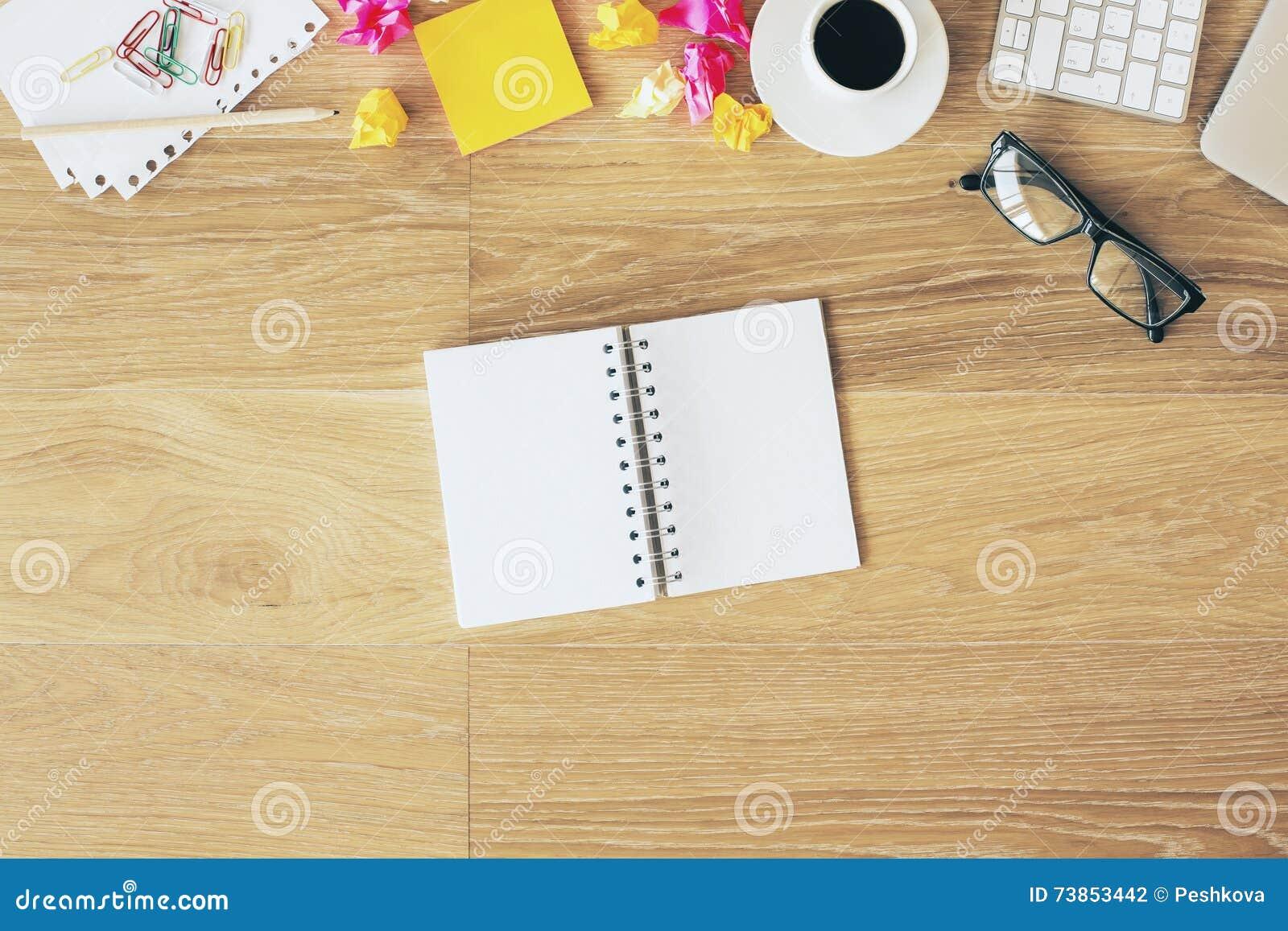 Bloc Notes Sur Le Bureau De Bureau Photo Stock Image Du Clavier