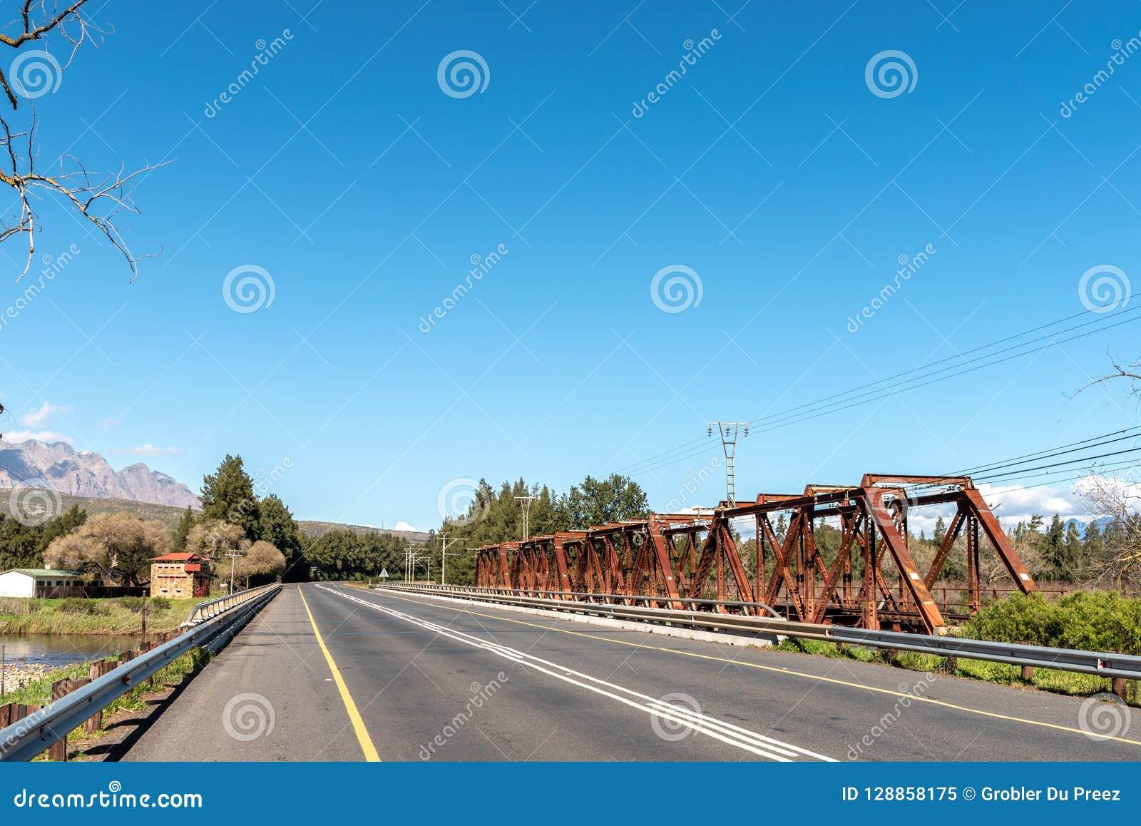 Blocao y puentes sobre el río de Breede en Wolseley