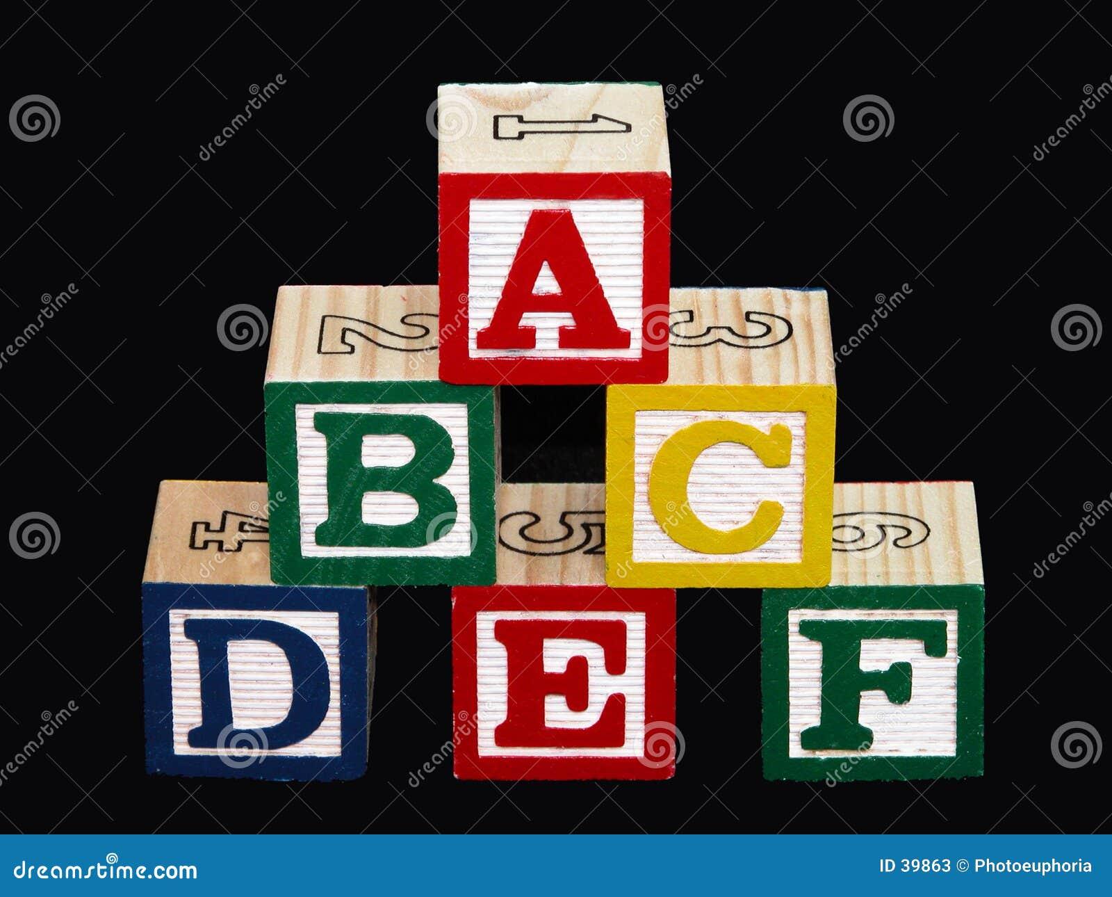 Blocchetti di alfabeto (A-F) sul nero