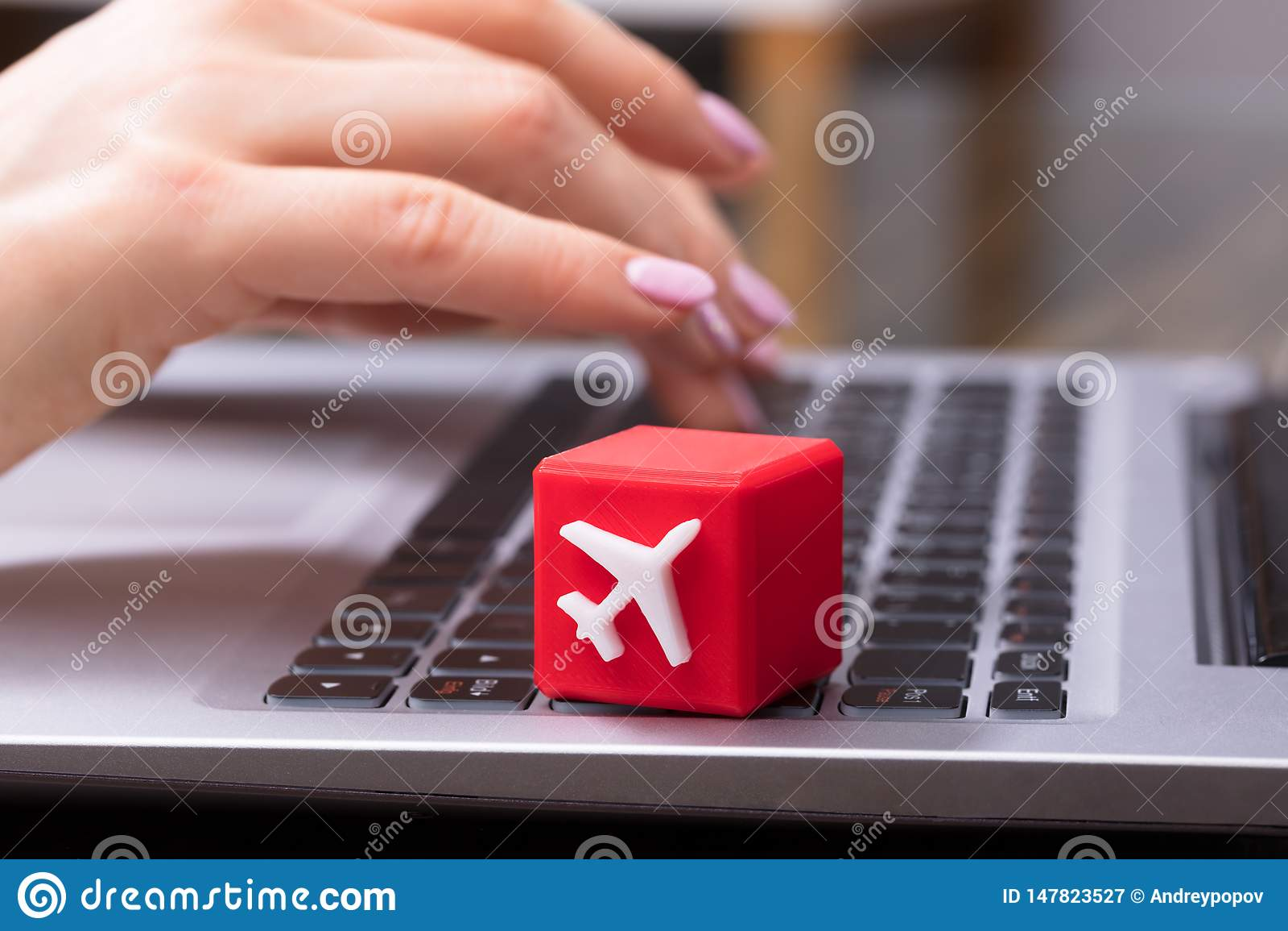 Blocco cubico con il simbolo bianco dell aeroplano