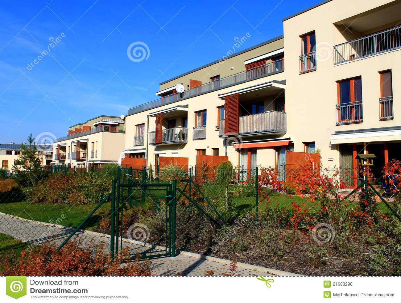 Blocco di appartamenti moderni con i giardini fotografia for Giardini moderni piccoli