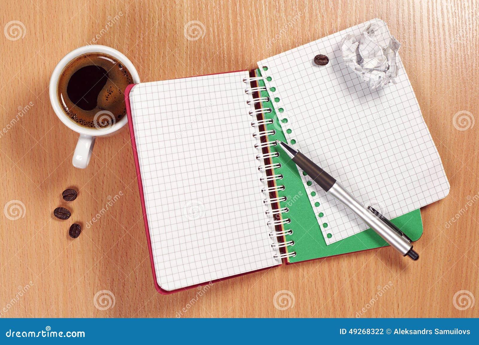 Blocco note e caffè sullo scrittorio