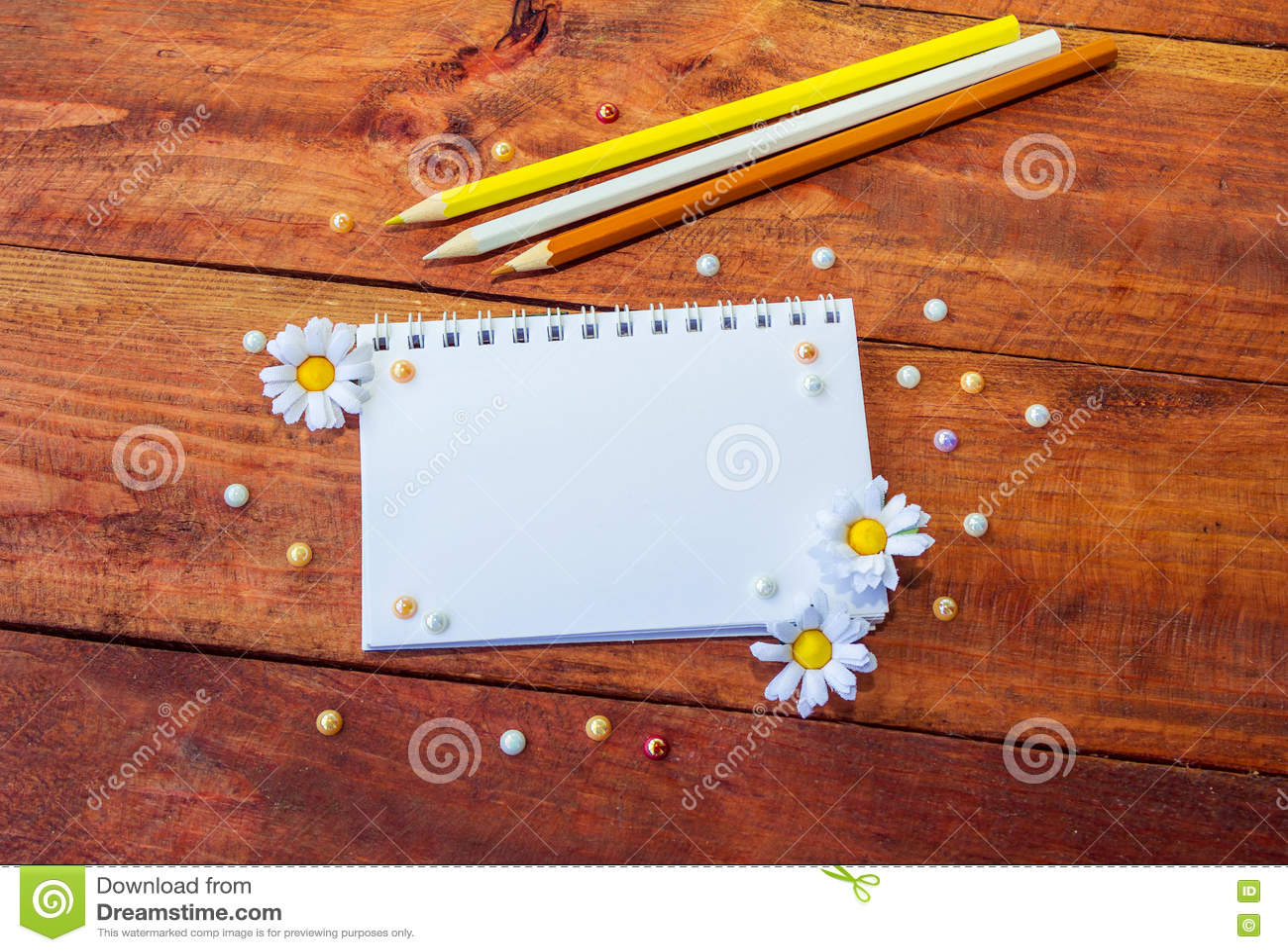Blocco note, fiori e matite