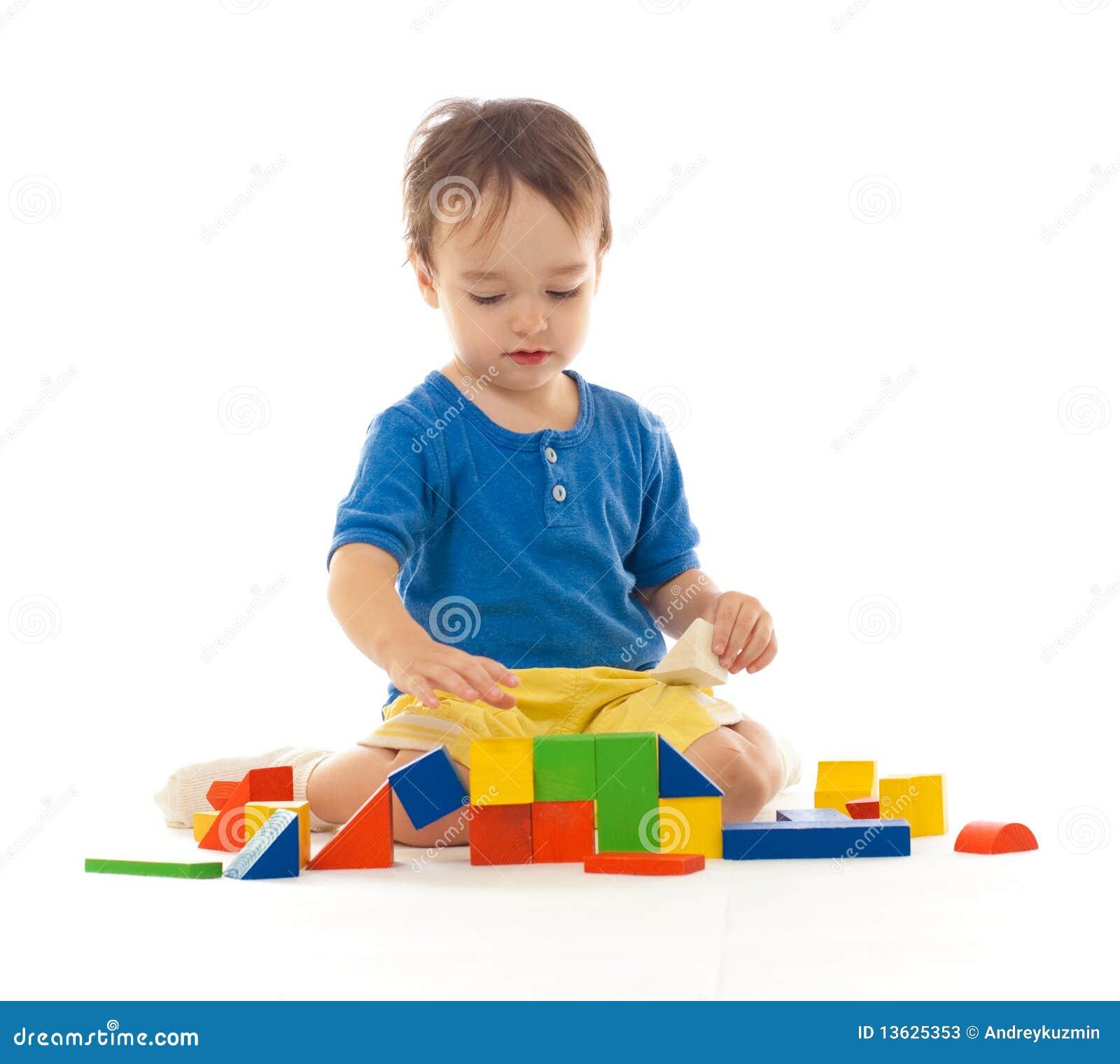 Blockerar pojken som bygger färgrikt gulligt leka