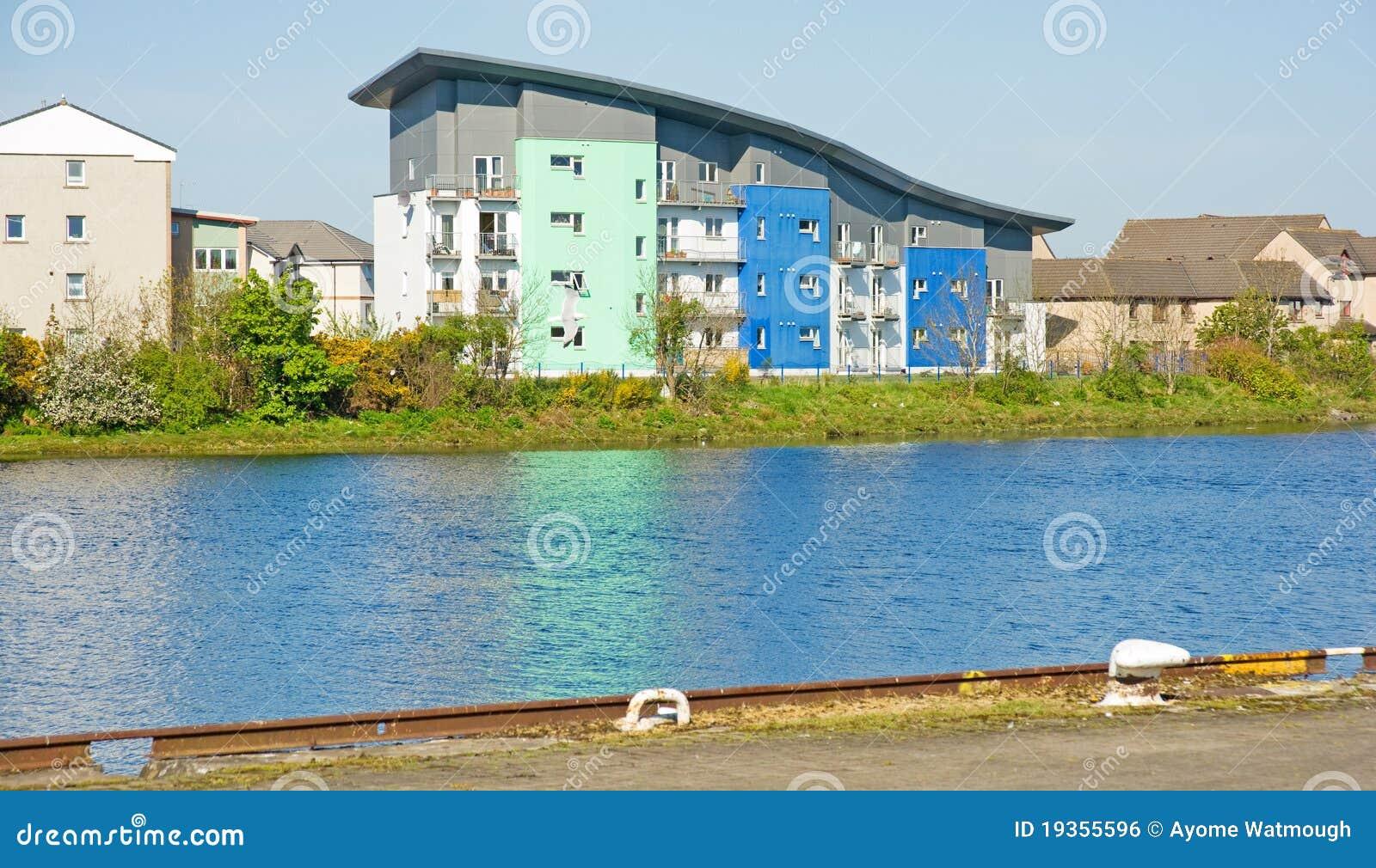 Bloco de apartamentos moderno pelo rio.