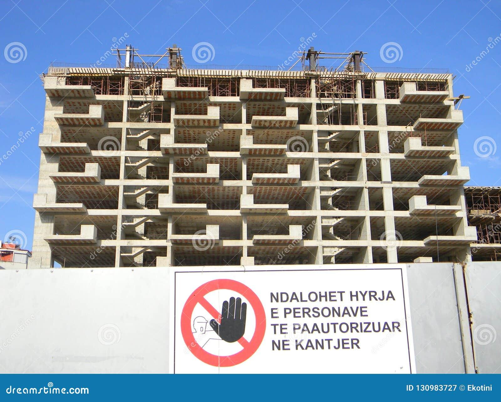 Bloco de apartamentos sob a construção, Tirana, Albânia