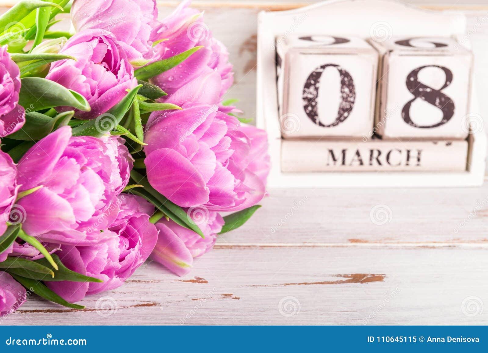 Bloco de madeira com data de dia das mulheres internacionais, o 8 de março