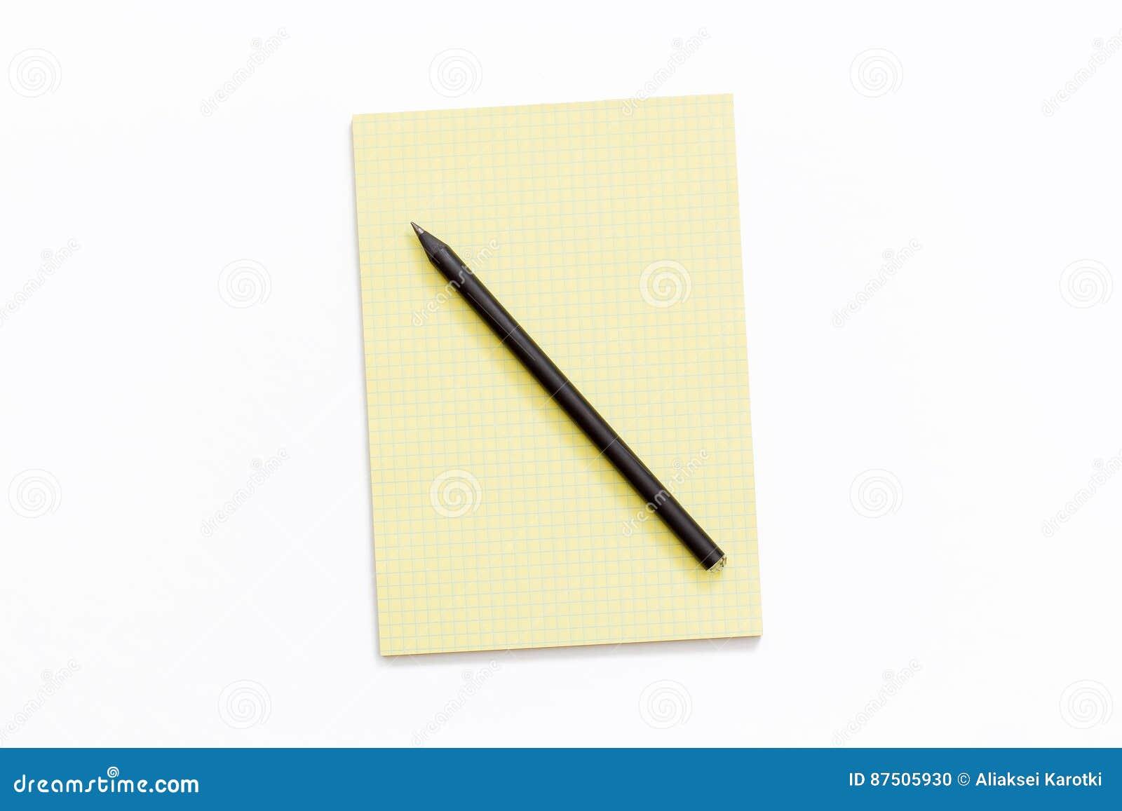 Bloco de notas e lápis amarelos no fundo branco