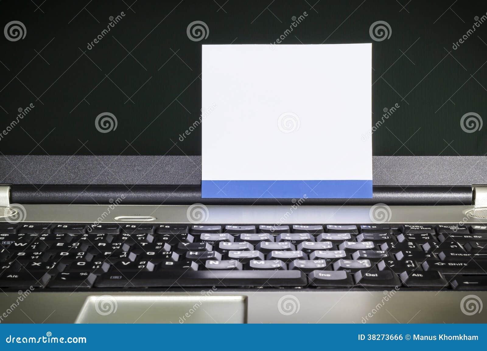 bloco de notas vazio na tela do latop foto de stock imagem de
