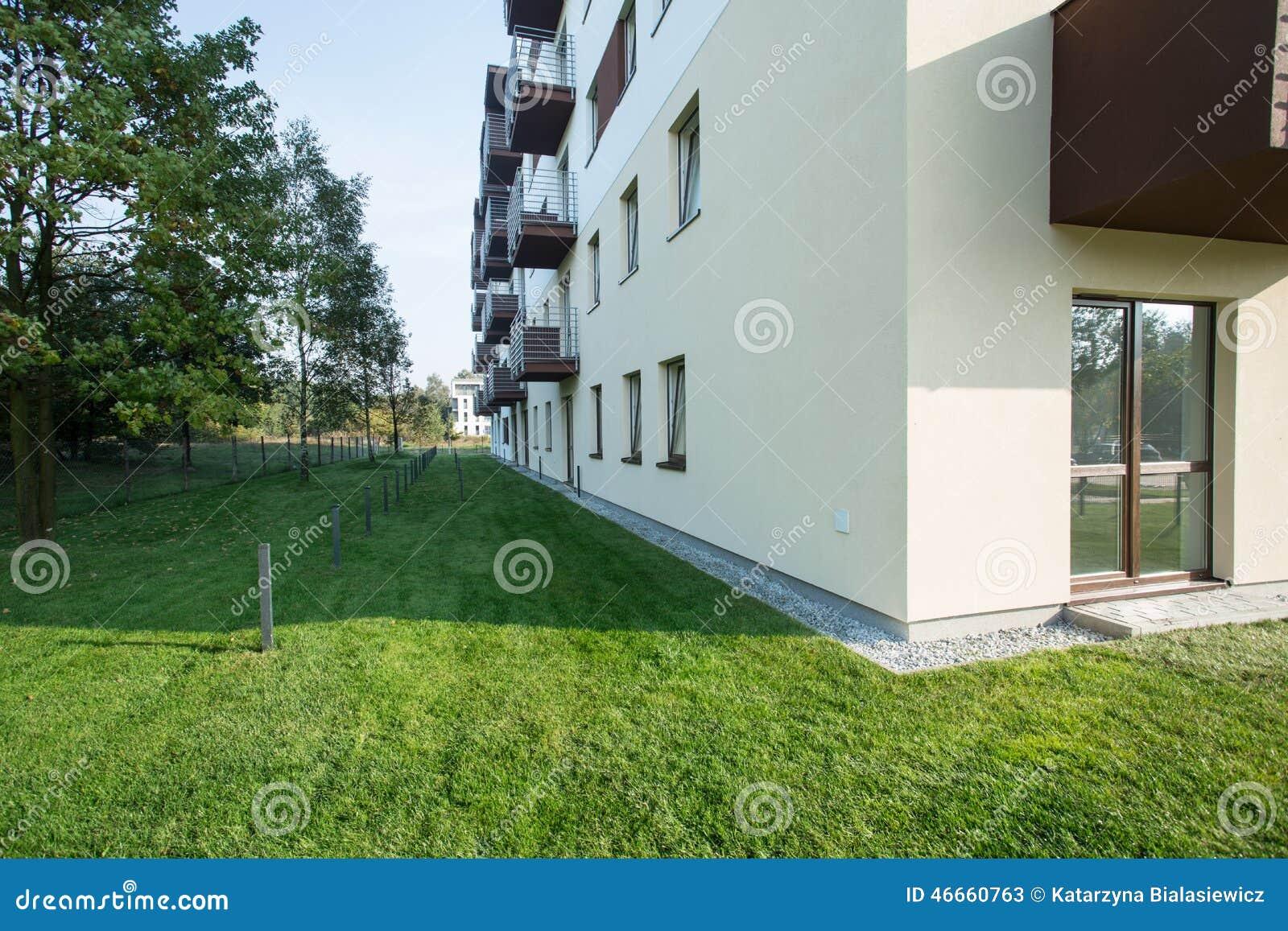 Bloco residencial nos subúrbios