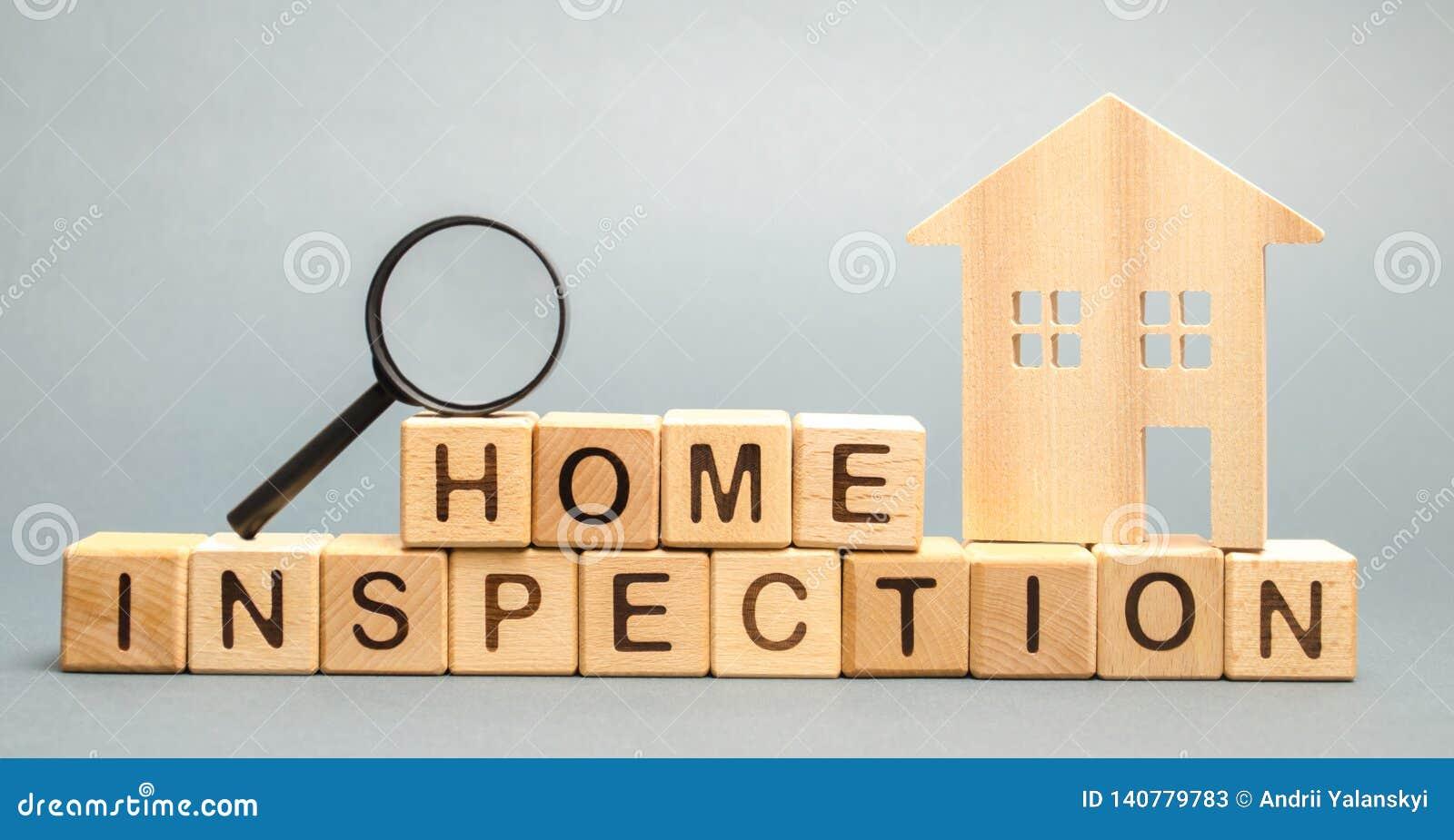 Blocos de madeira com a inspeção da casa da palavra e a casa Condição residencial da propriedade da revenda O estudo do estado de