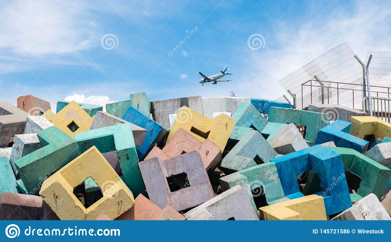 Blocs colorés avec un avion dans les nuages