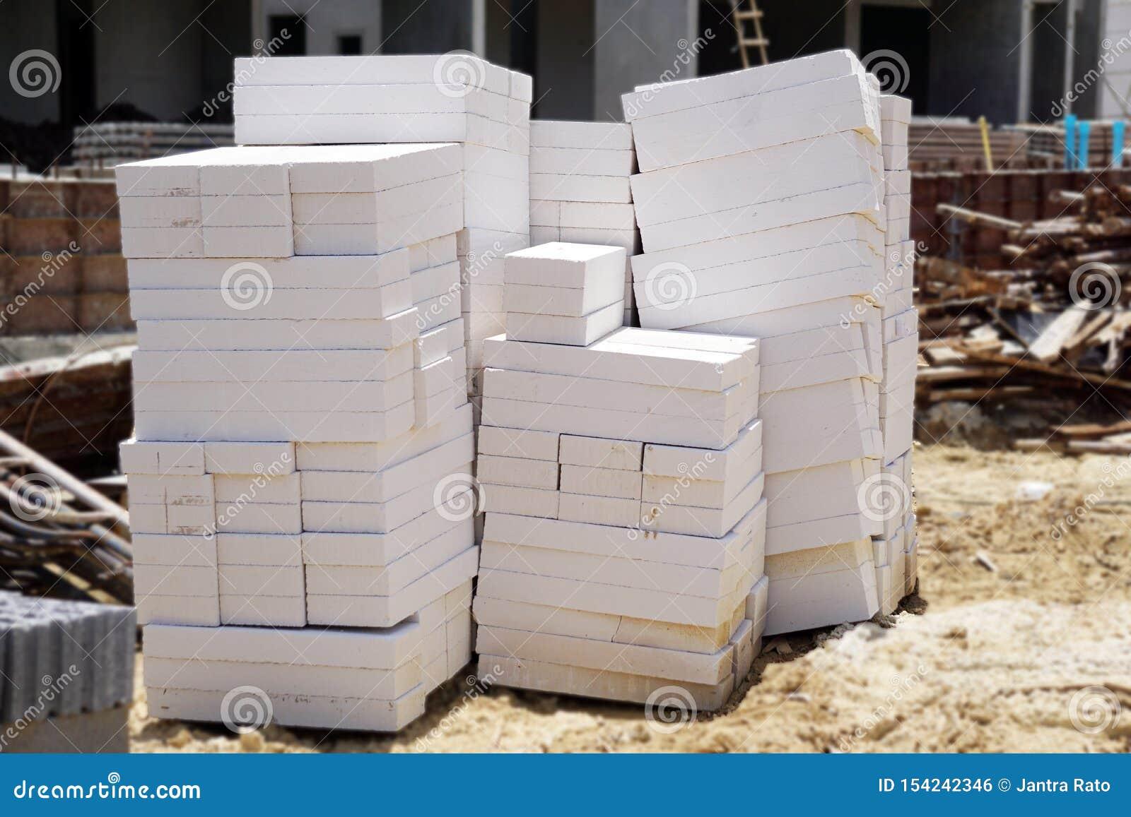 Blocs de ciment placés au sol
